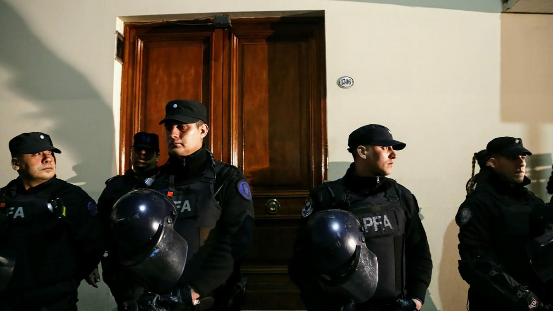 Los efectivos policiales custodiaron la puerta de ingreso al edificio