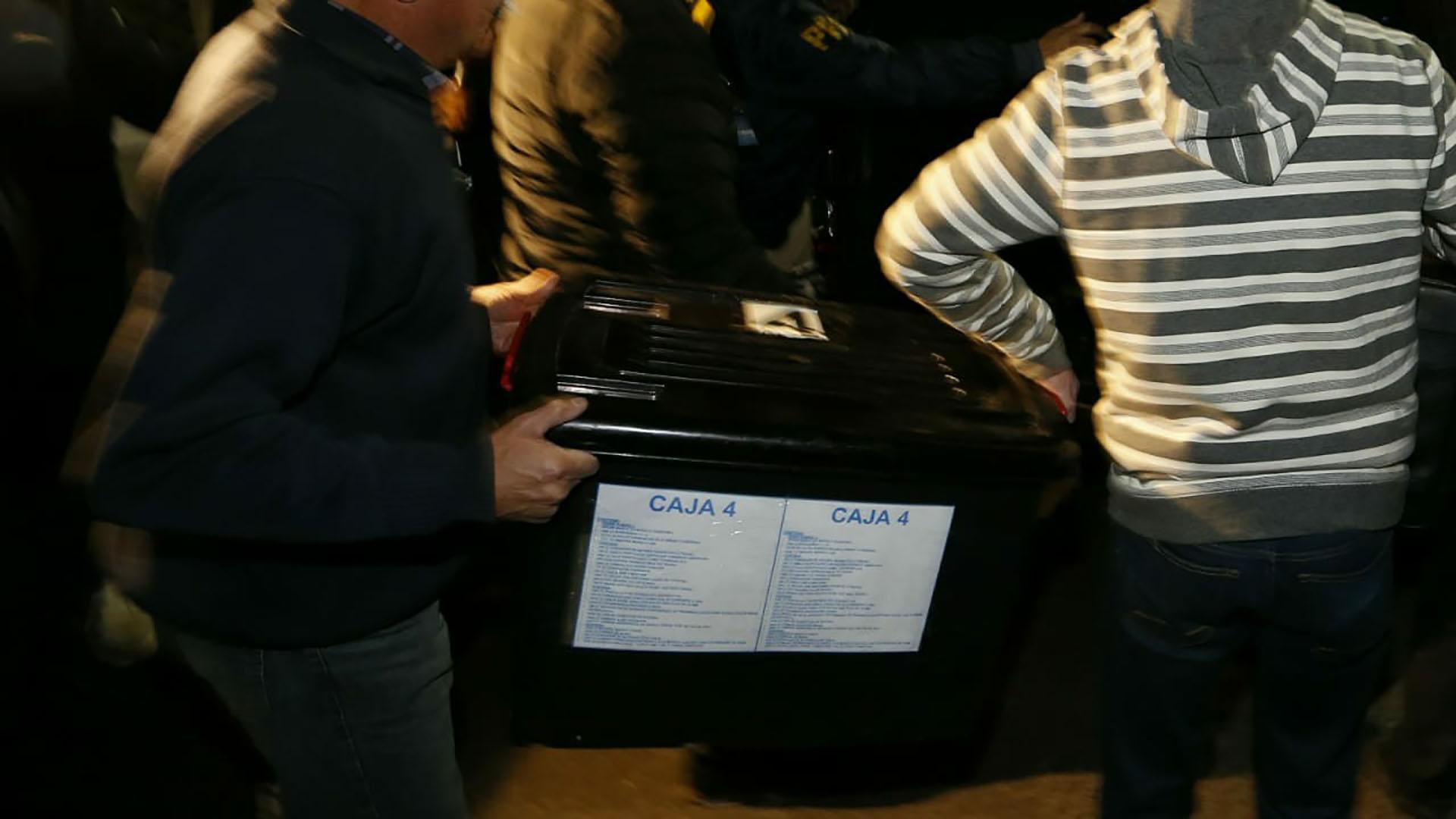 Los efectivos entraron con herramientas y, pasadas las ocho de la noche, se llevaron las primeras cajas