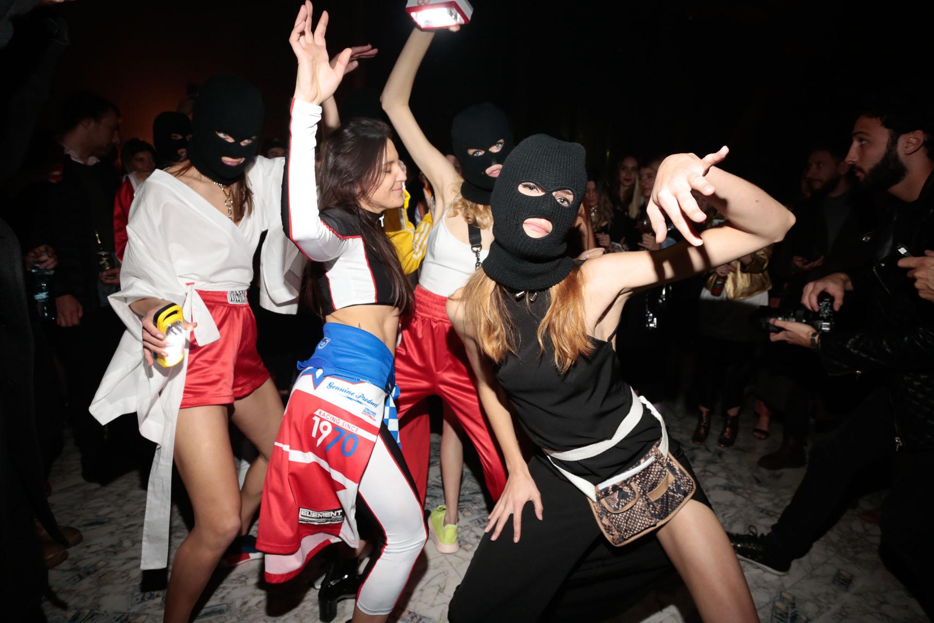 La marca realizó una fiesta en un mítico banco de Buenos Aires, que incluyó una performance de las modelos robando el banco
