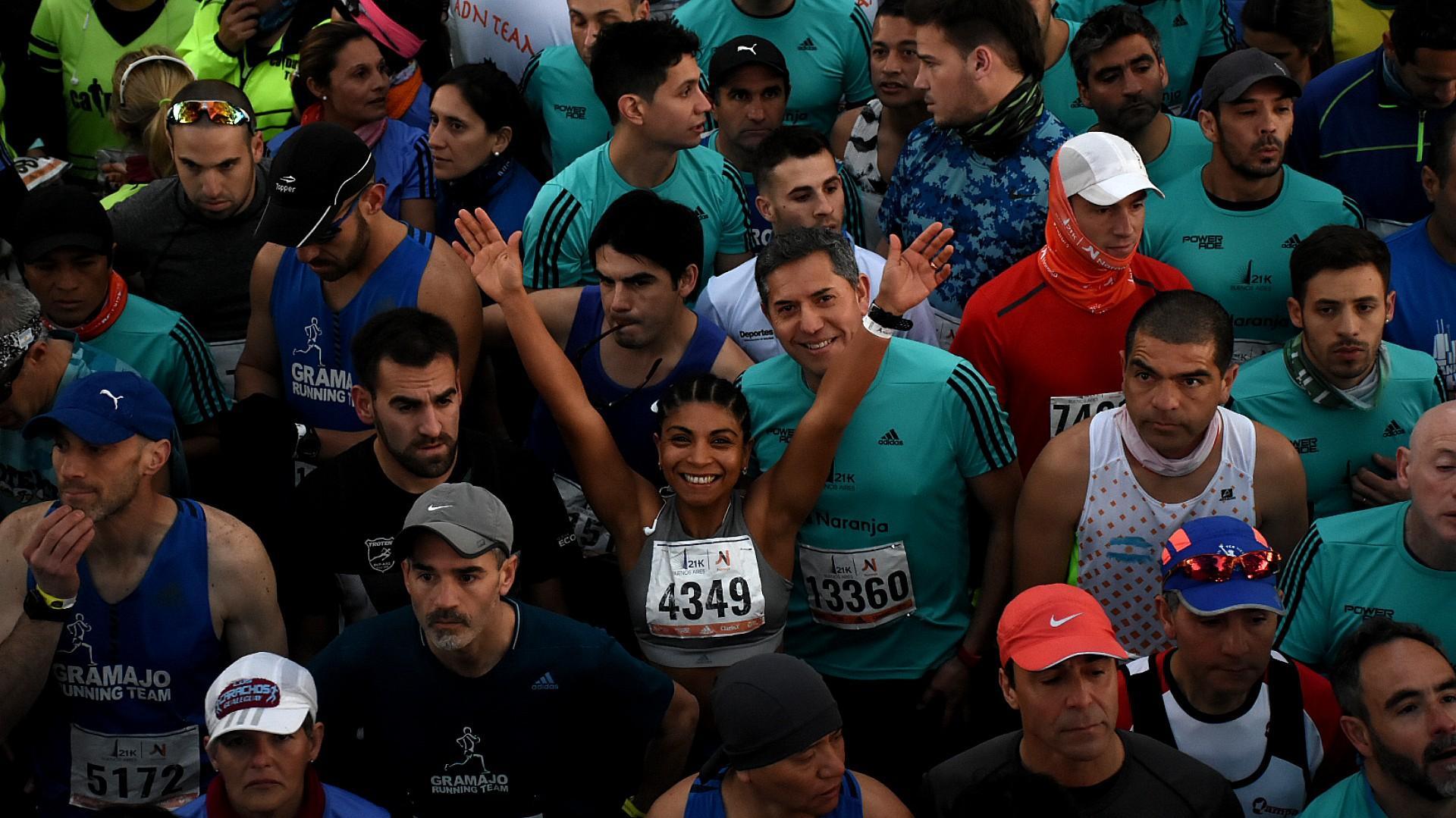 Antes de la largada, los corredores posan para las fotos, se hacen nuevos amigos y se preparan para un evento deportivo que requerirá de un gran rendimiento físico