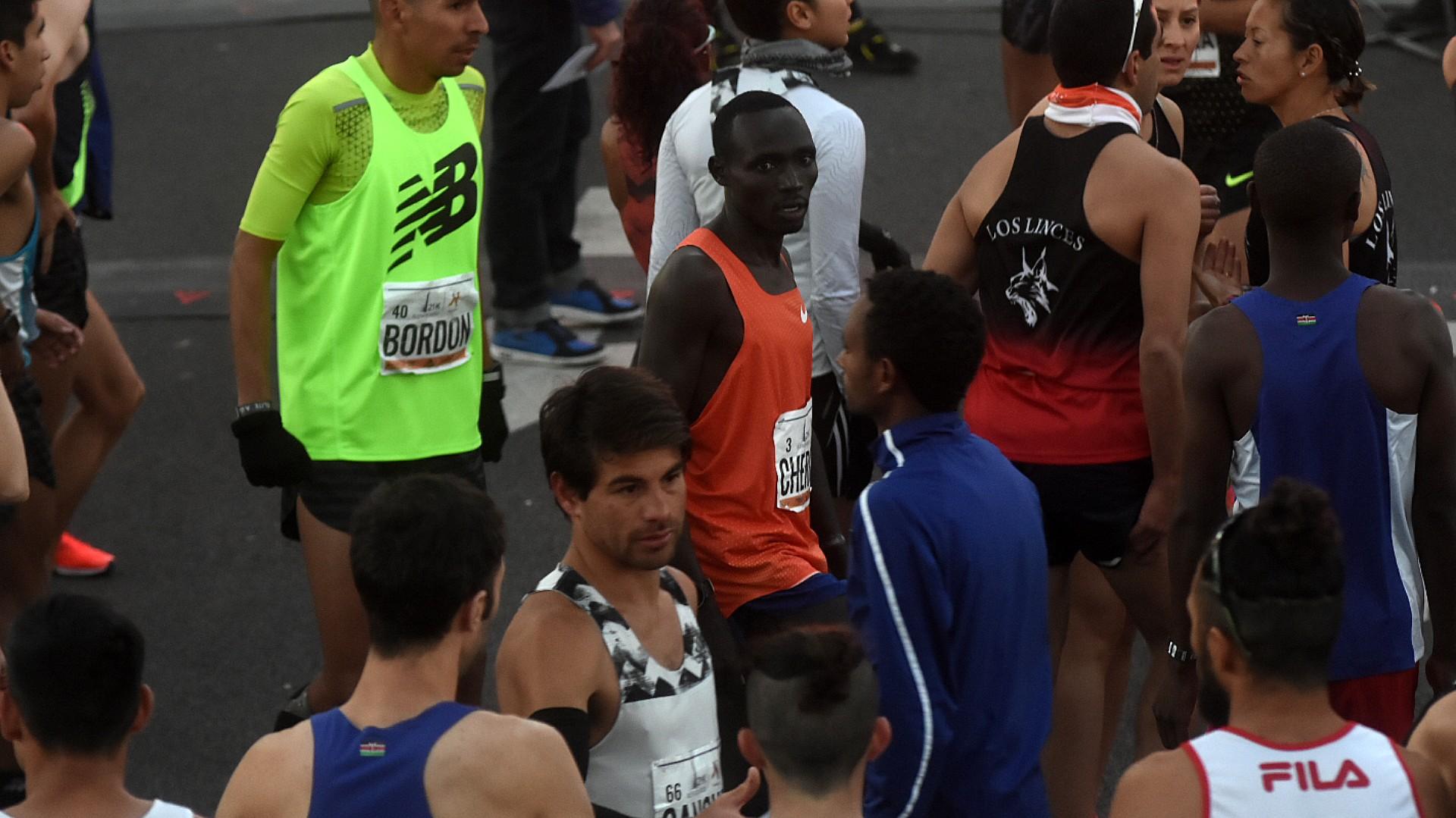 Los corredores africanos fueron las grandes estrellas de la maratón. Ya se esperaba que el keniata Bedan Karoki y el etíope Mosinet Geremew rompieran el récord