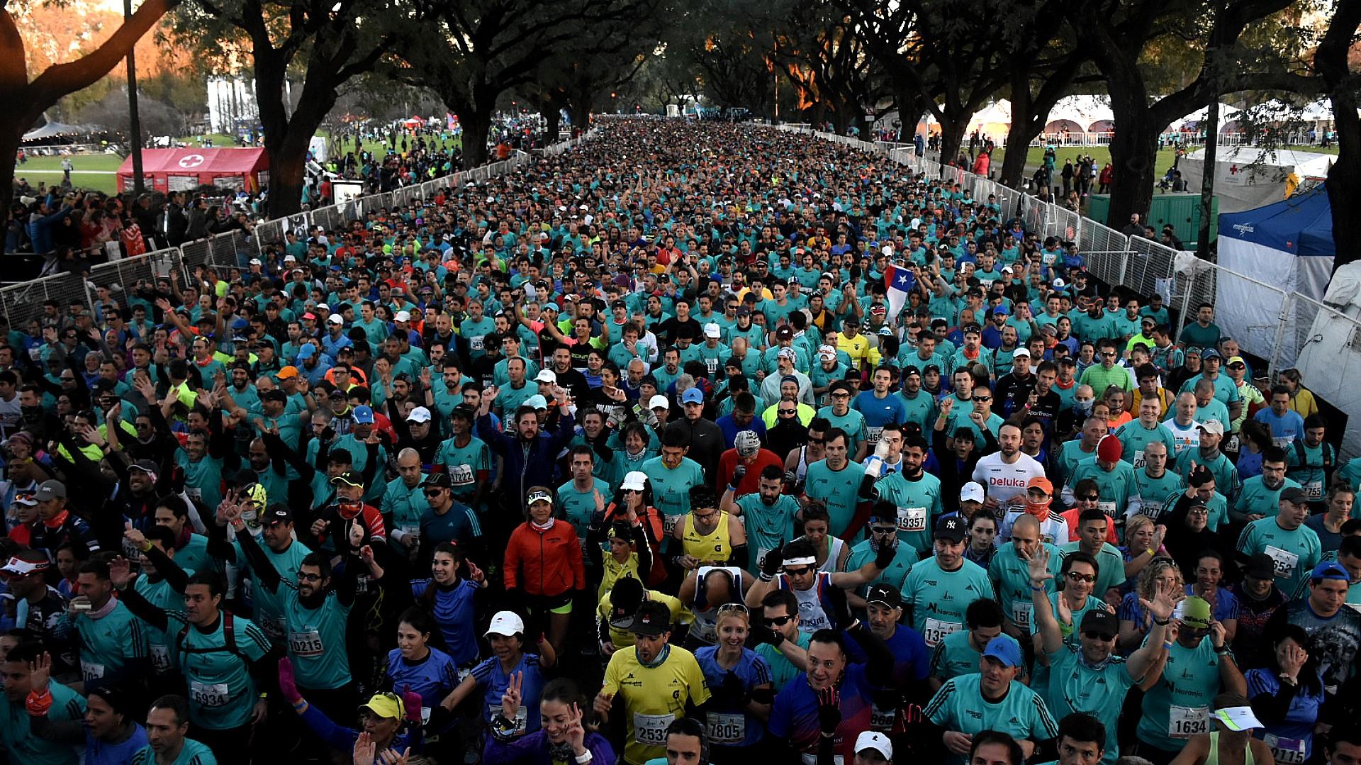 Más de 20 mil corredores -7 mil de otros países- se reúnen en Figueroa Alcorta y Monroe, en el barrio de Belgrano, para la 21K de Buenos Aires