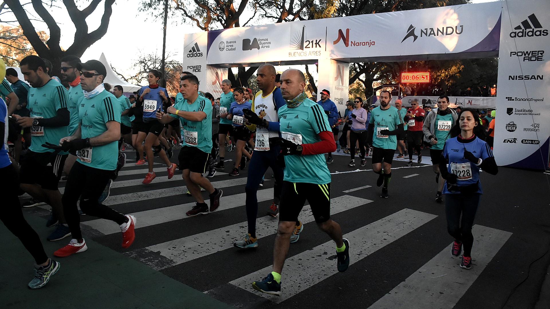 Los corredores, abrigados, comienzan a partir en una gélida mañana de domingo