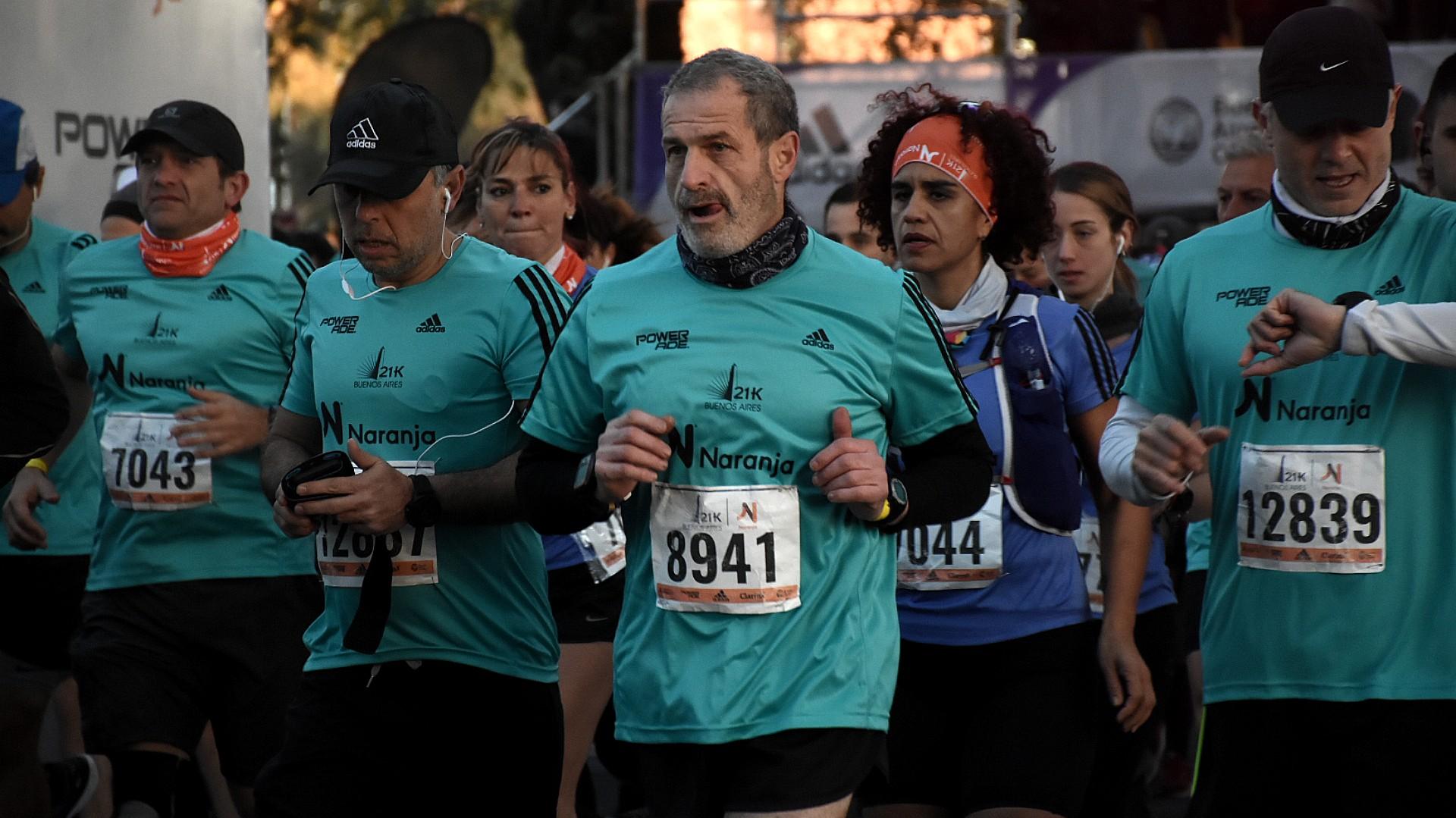 Los primeros corredores profesionales comienzan a salir pasadas las 7.30 am. Algunos muy concentrados, con auriculares y cronómetros