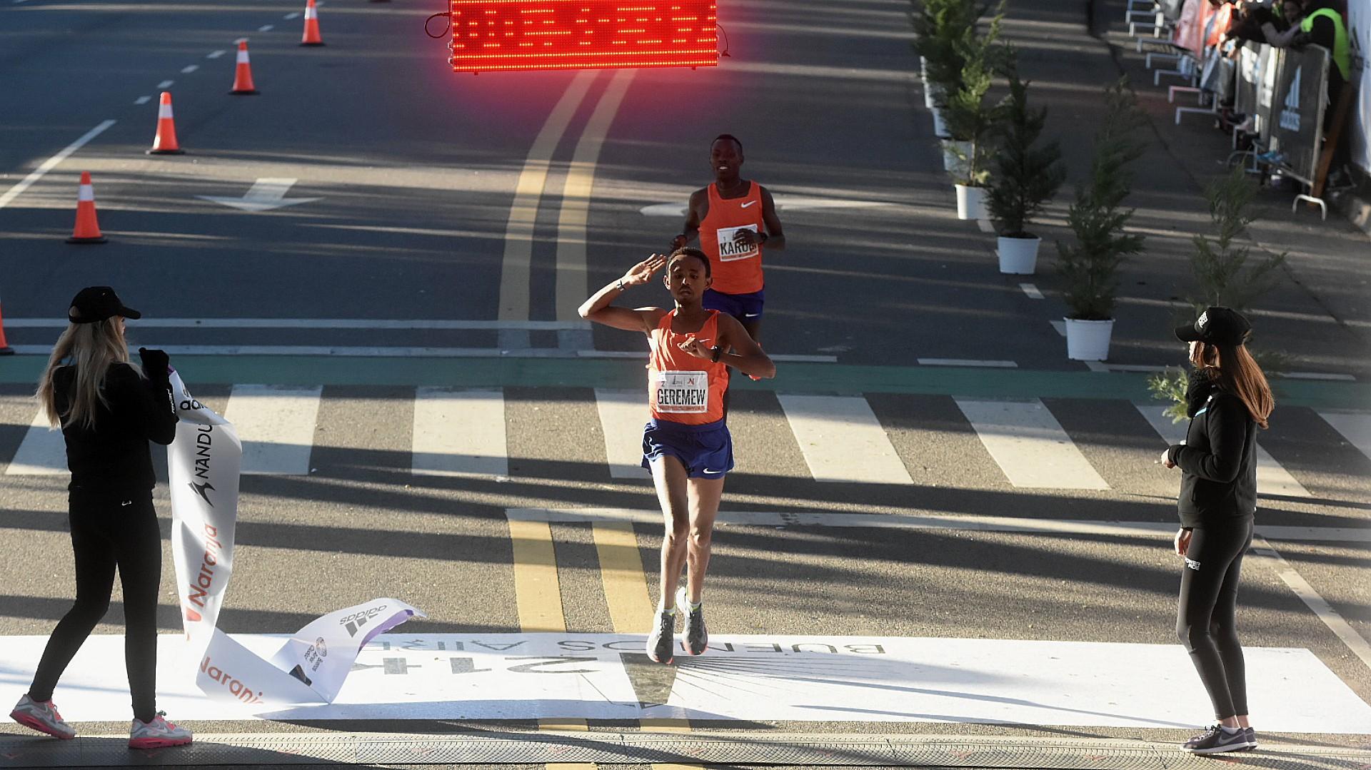 El claro ganador de la maratón fue el etíope, que rompió el récord al correr la media maratón en menos de una hora