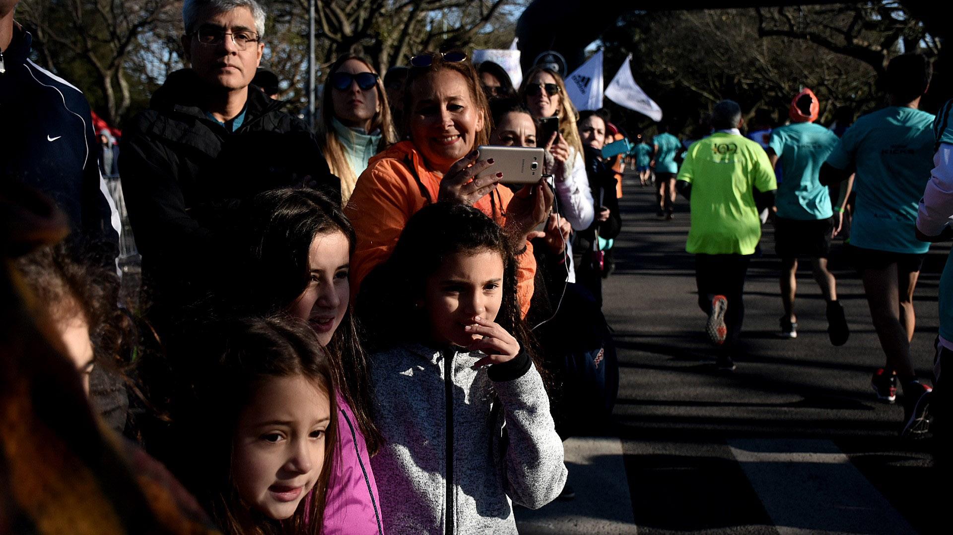 Las familias y los amigos de los corredores siguen el recorrido e inmortalizan el momento