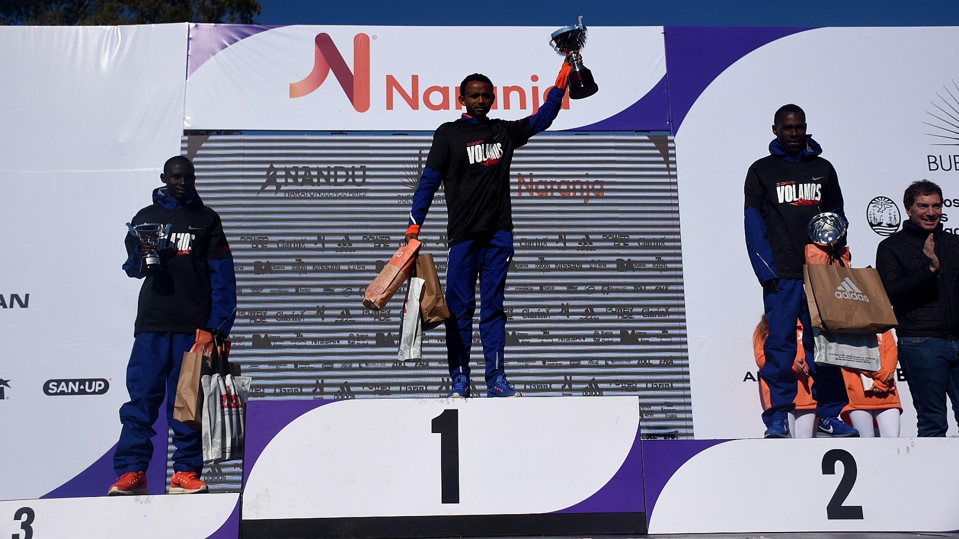 Geremew, con 59 minutos 48 segundos, es el ganador de la media maratón. Bedan Karoki llega en segundo lugar con 59:49 y Lawrence Cherono en tercero con 1.01.58. El podio de los ganadores