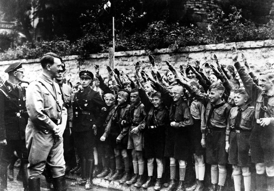Adolf Hitler pasa revista a un grupo de las Juventudes Hitlerianas en Alemania