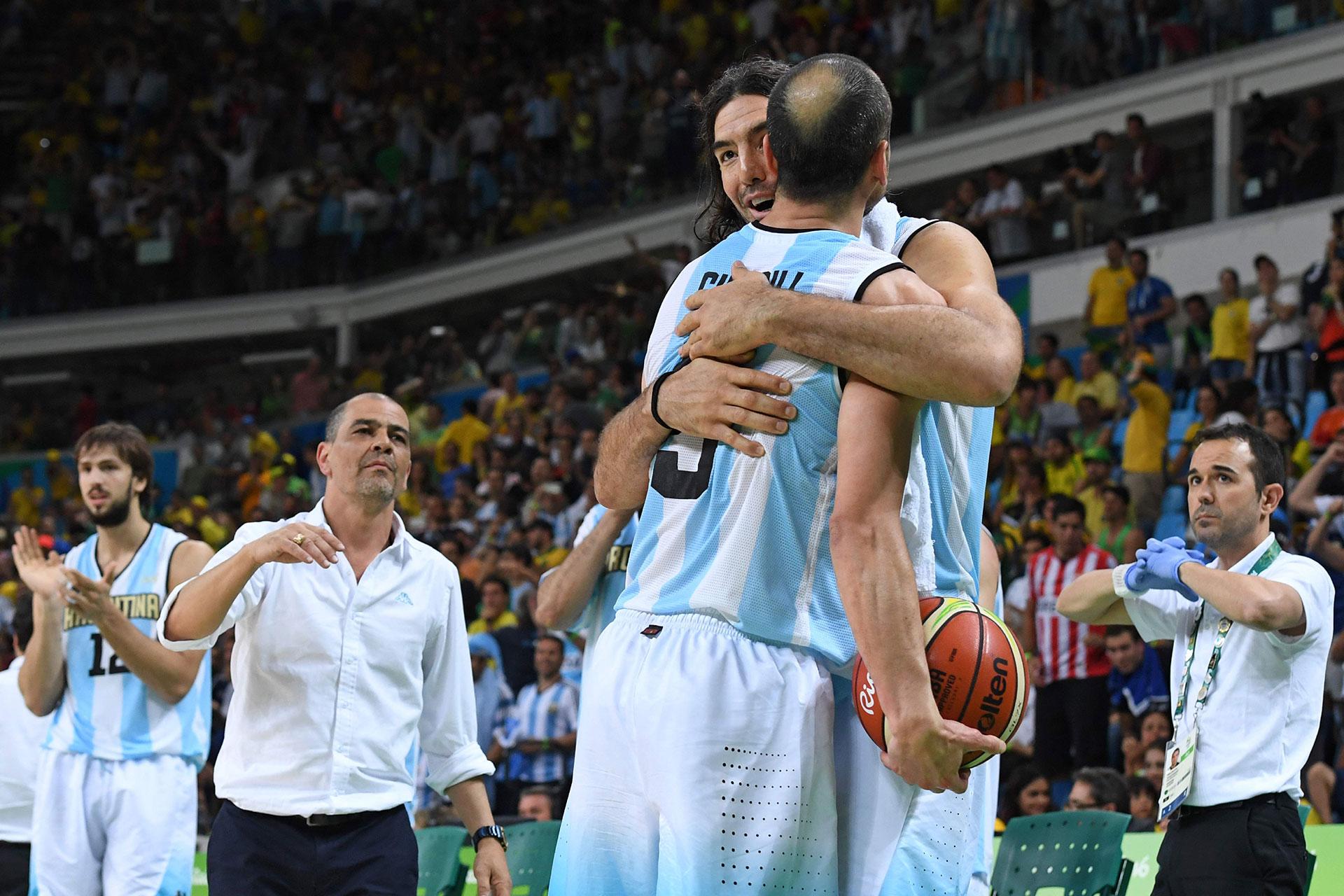Manu con su amigo y compañero Scola, las dos máximas leyendas del basquet argentino unidas en un abrazo
