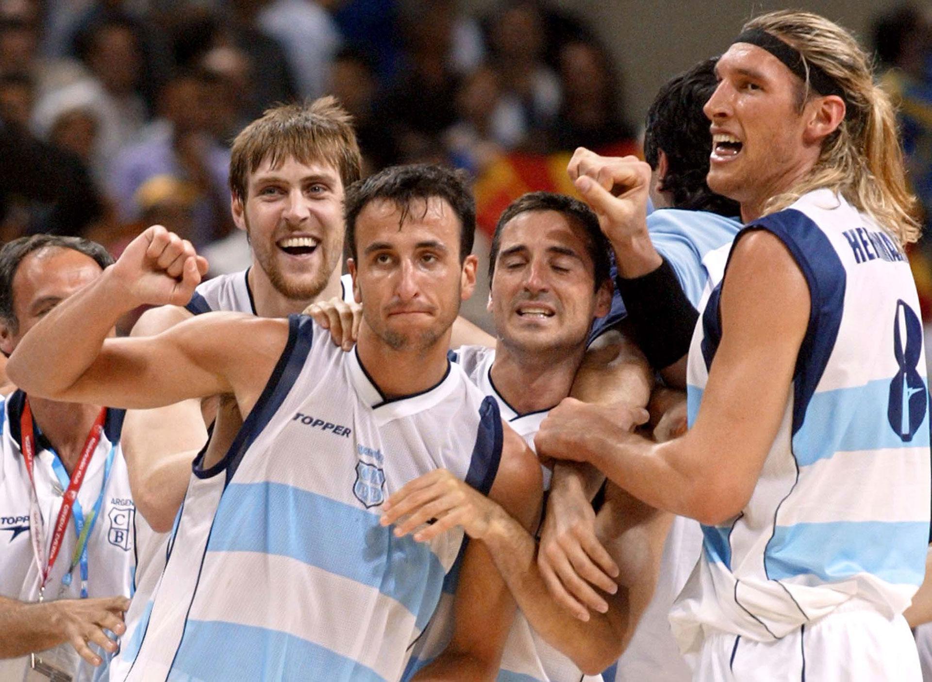 Herrmann, Montecchia y Nocioni celebran junto a Manu en Atenas 2004, tras el histórico triunfo ante Estados Unidos