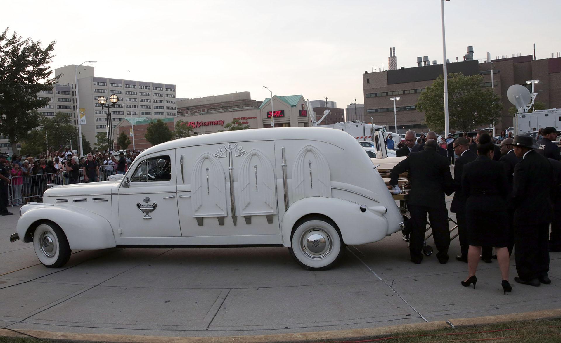 Un automovil LaSalle de 1941 trasladó los restos de Aretha Franklin hasta el lugar de su velatorio (AFP)