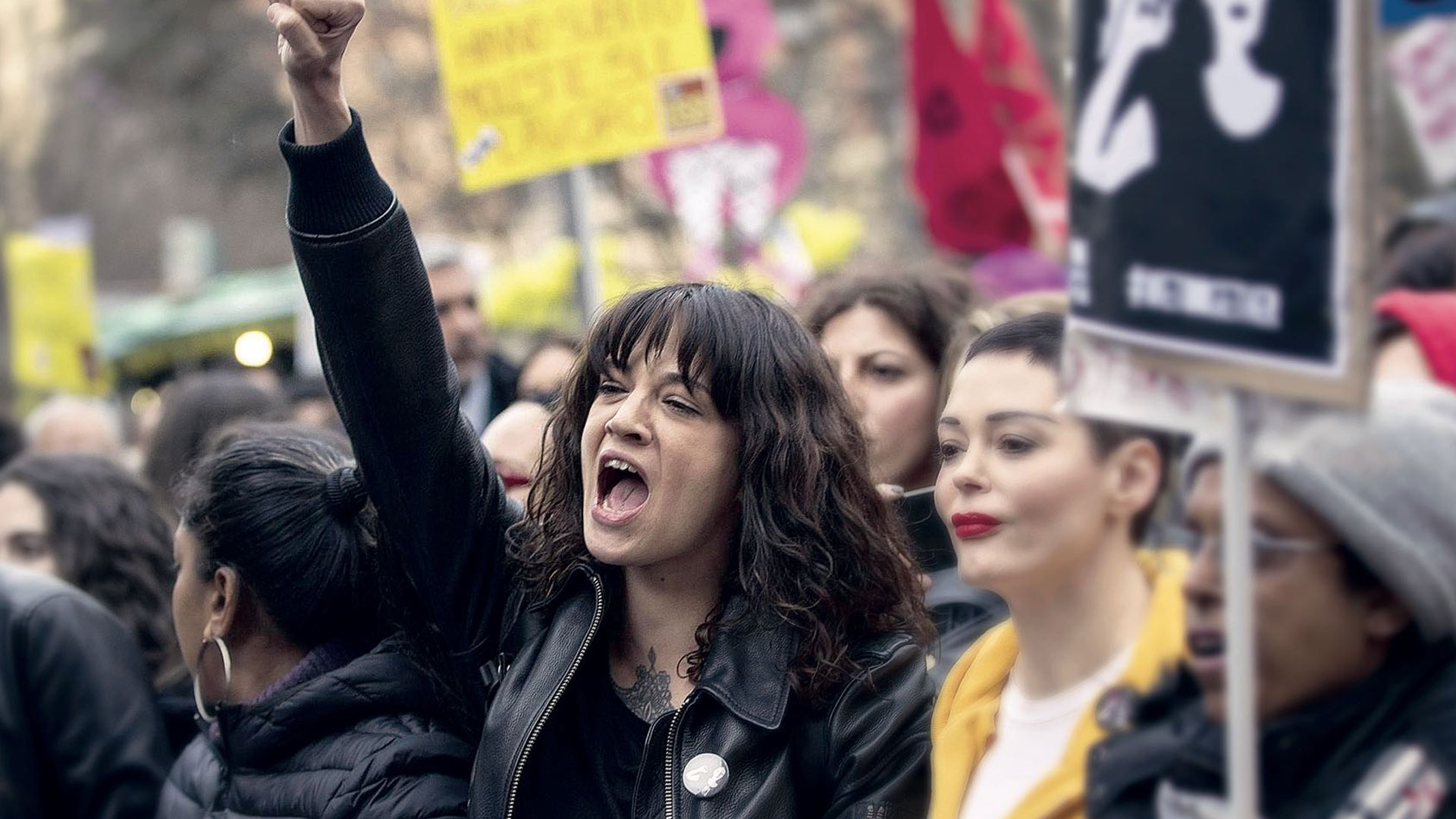Asia Argento y Rose McGowan durante una manifestación contra el abuso sexual en Roma