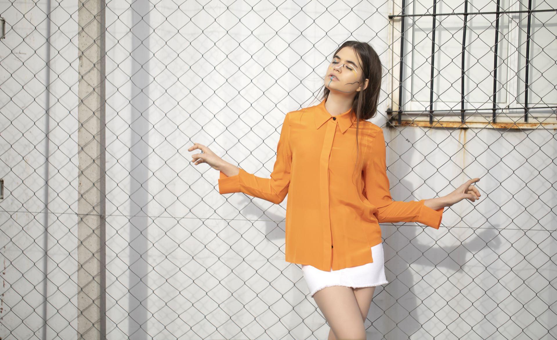 Camisa de seda ($ 5.890, Trosman) y mini de jean ($ 1.529, Melocotón).(Foto: Chris Beliera/ Para Ti)