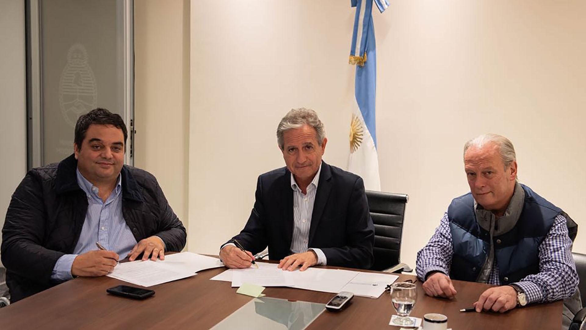 Los ministros Jorge Triaca y Andrés Ibarra junto al sindicalista Andrés Rodríguez