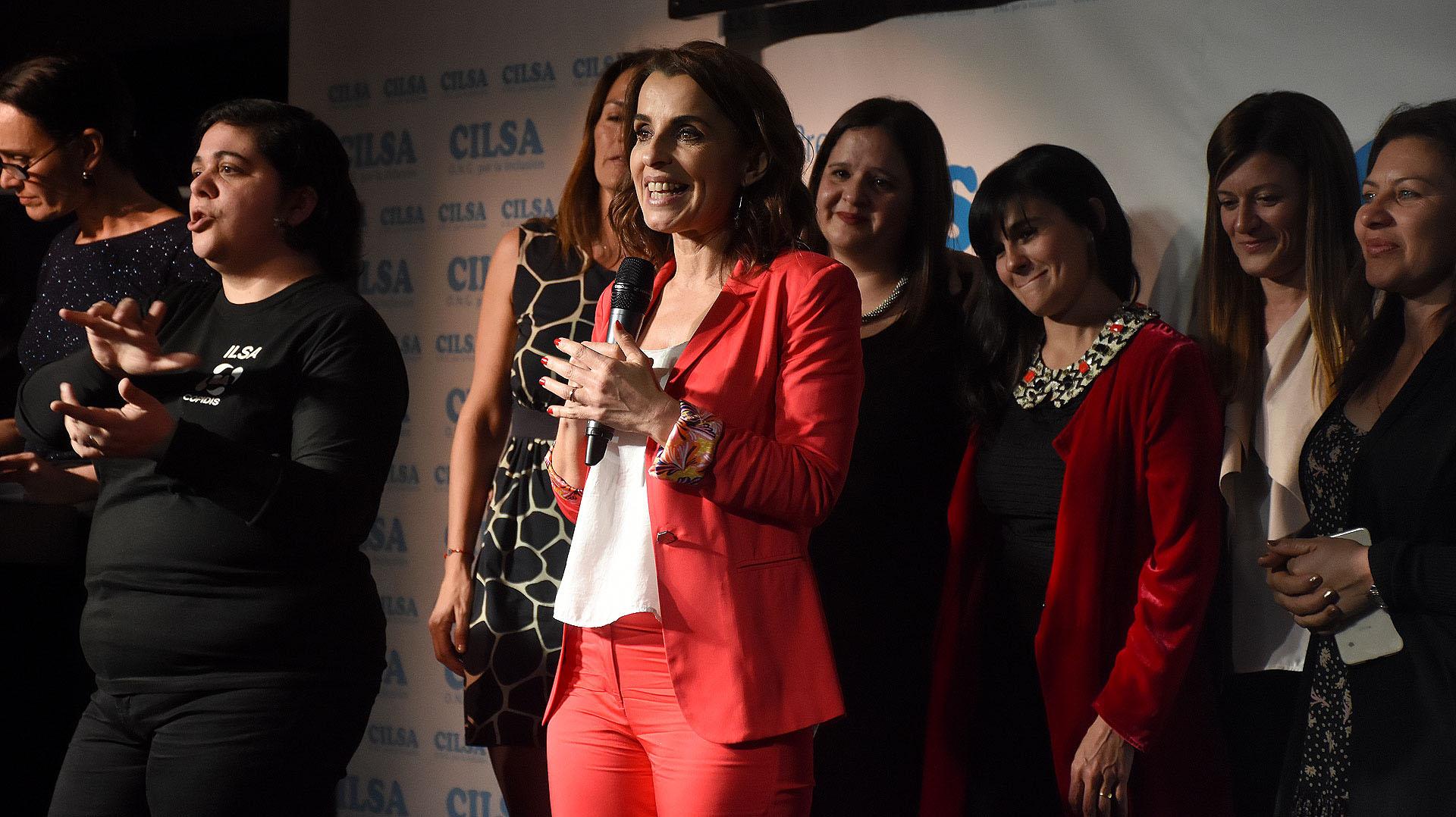 """La conductora televisiva, Paula García, colaboradora de la ONG """"Mamis Solidarias"""", recibió el premio al Compromiso Social"""