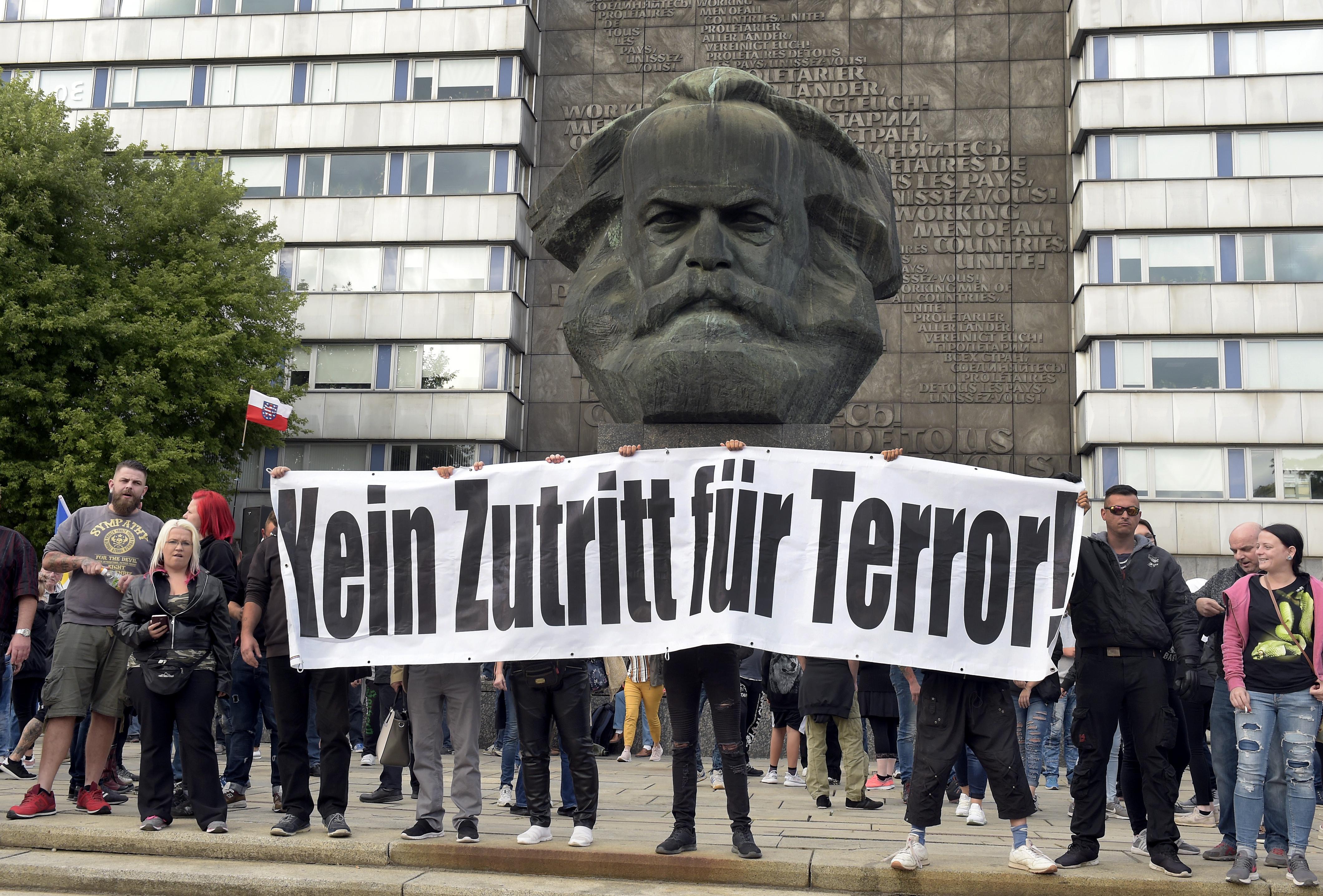 """Las protestas en Chemnitzse desataron tras la muerte de un hombre en un episodio que aún está siendo investigado.""""Ningún lugar para el terror"""" se lee en el cartel. (AP Photo/Jens Meyer)"""