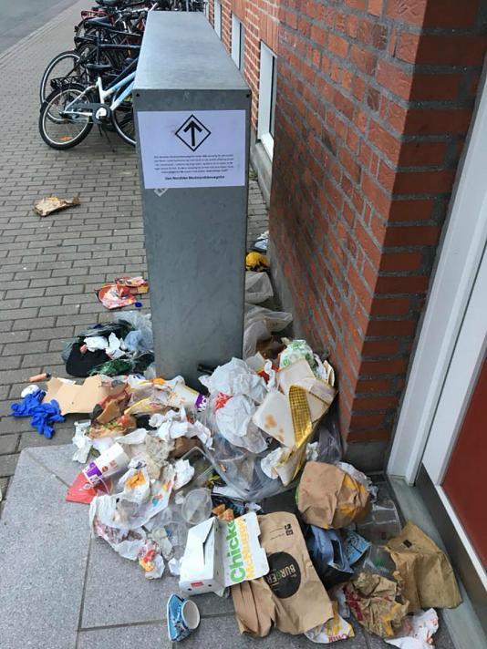 Basura dejada por miembros del NMR frente a la casa del concejal de Medio Ambiente y Energía del municipio de Aalborg, en Dinamarca, Lasse P. N. Olsen (Lasse Olsen)