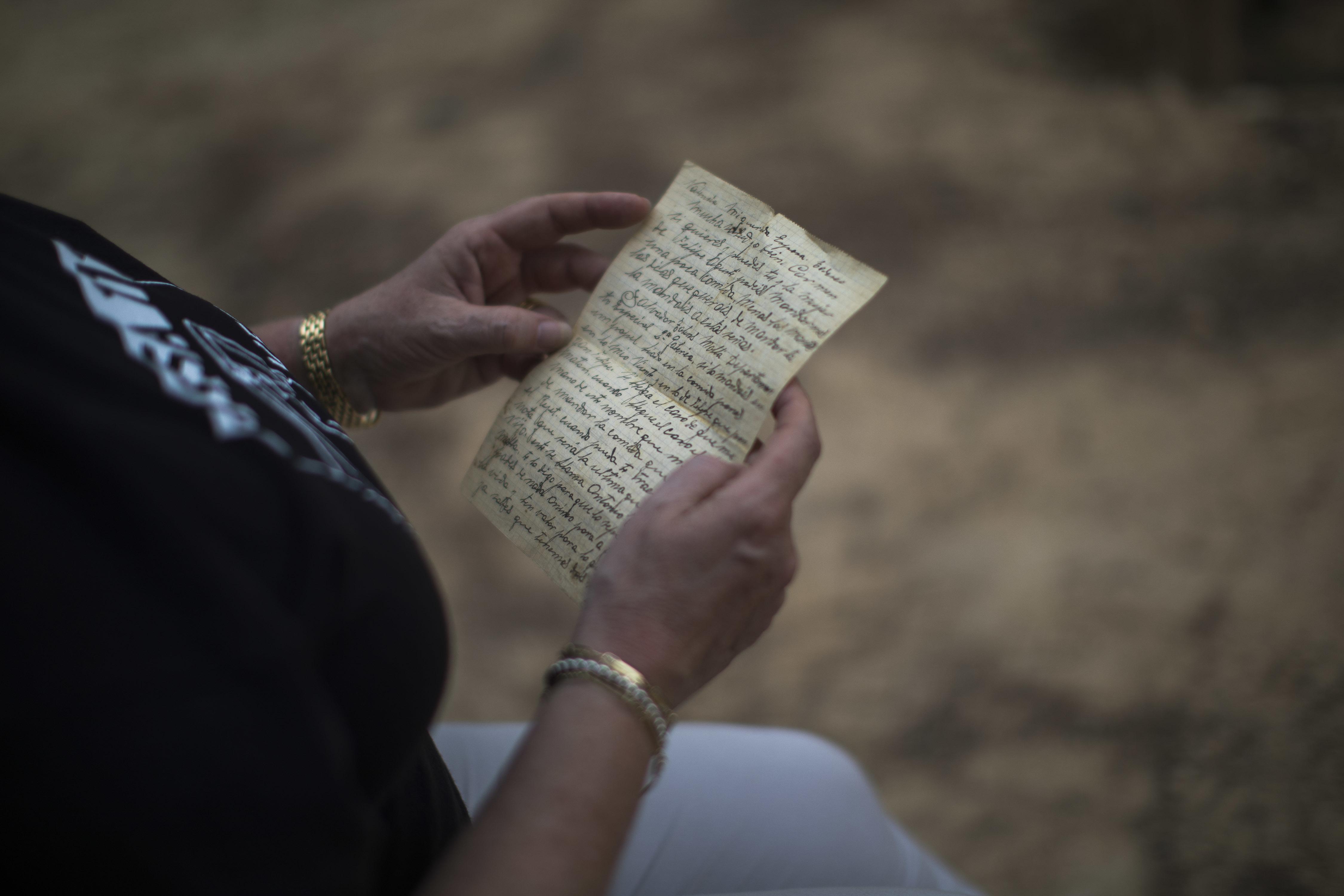 Carmen Gomez con una carta que escribió su abueloVicente Gomez antes de ser ejecutado enPaterna por los franquistas (AP/Emilio Morenatti)