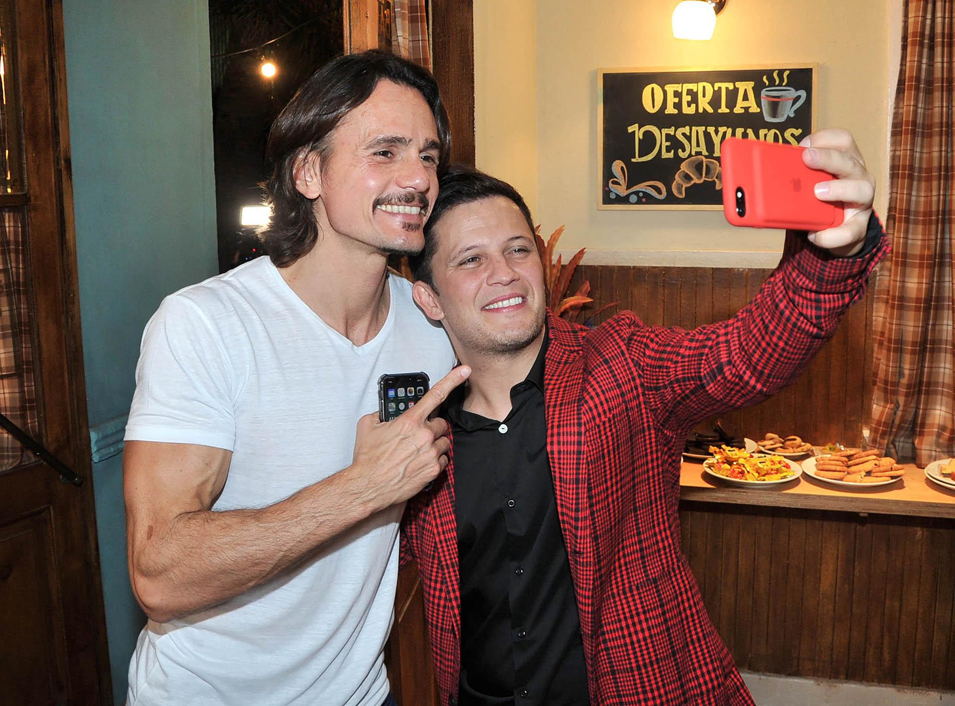 Cristian Sancho y Darío Lopilato posan para una selfie