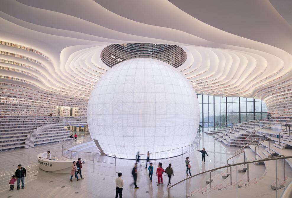 La arquitectura futurista es en sí una experiencia artística, con cinco pisos de cascadas de libros.