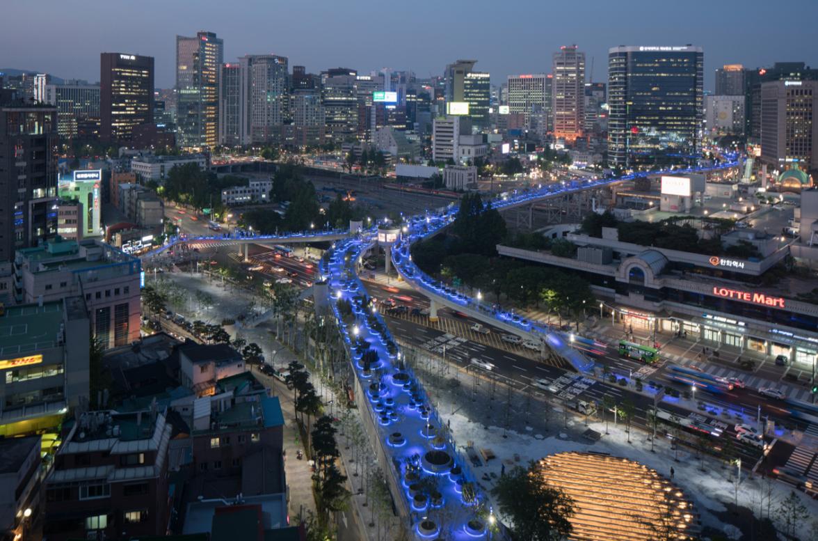 Vista nocturna del paseo de Seúl, que salvó una vieja estructura. (Parque Elevado Seoullo 7017)