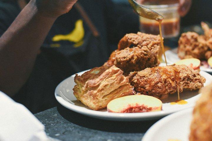 Esta cocina del sur de los EEUU traza una historia de la cultura negra desde la esclavitud hasta el presente. (JuneBaby)