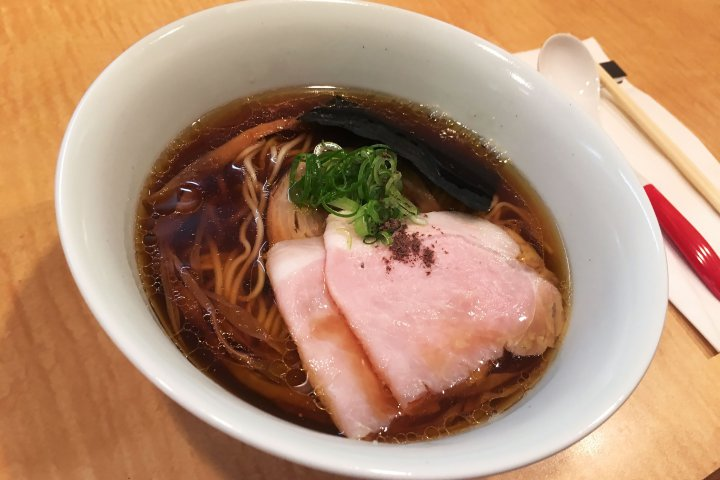 El chef Yuki Onishicomenzó con un límite de 150 sopas diarias: la gente hacía fila desde las 6 de la mañana por una. (Tsuta)