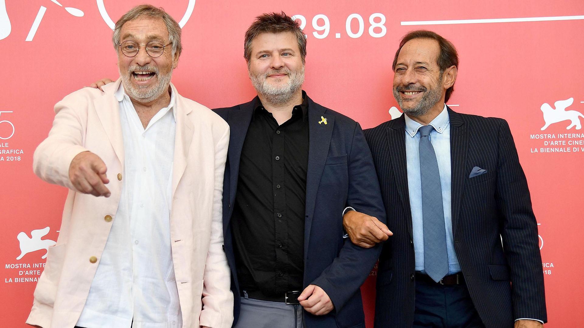 """El director Gastón Duprat y los actores Guillermo Francella y Luis Brandoni presentaron con éxito la película """"Mi obra maestra"""" durante el 75º Festival de Cine de Venecia (EFE/Ettore Ferrari)"""