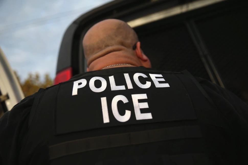 Un agente del Servicio de Inmigración y Control de Aduanas (ICE por sus siglas en inglés) en la ciudad de Los Ángeles (John Moore/Getty Images)