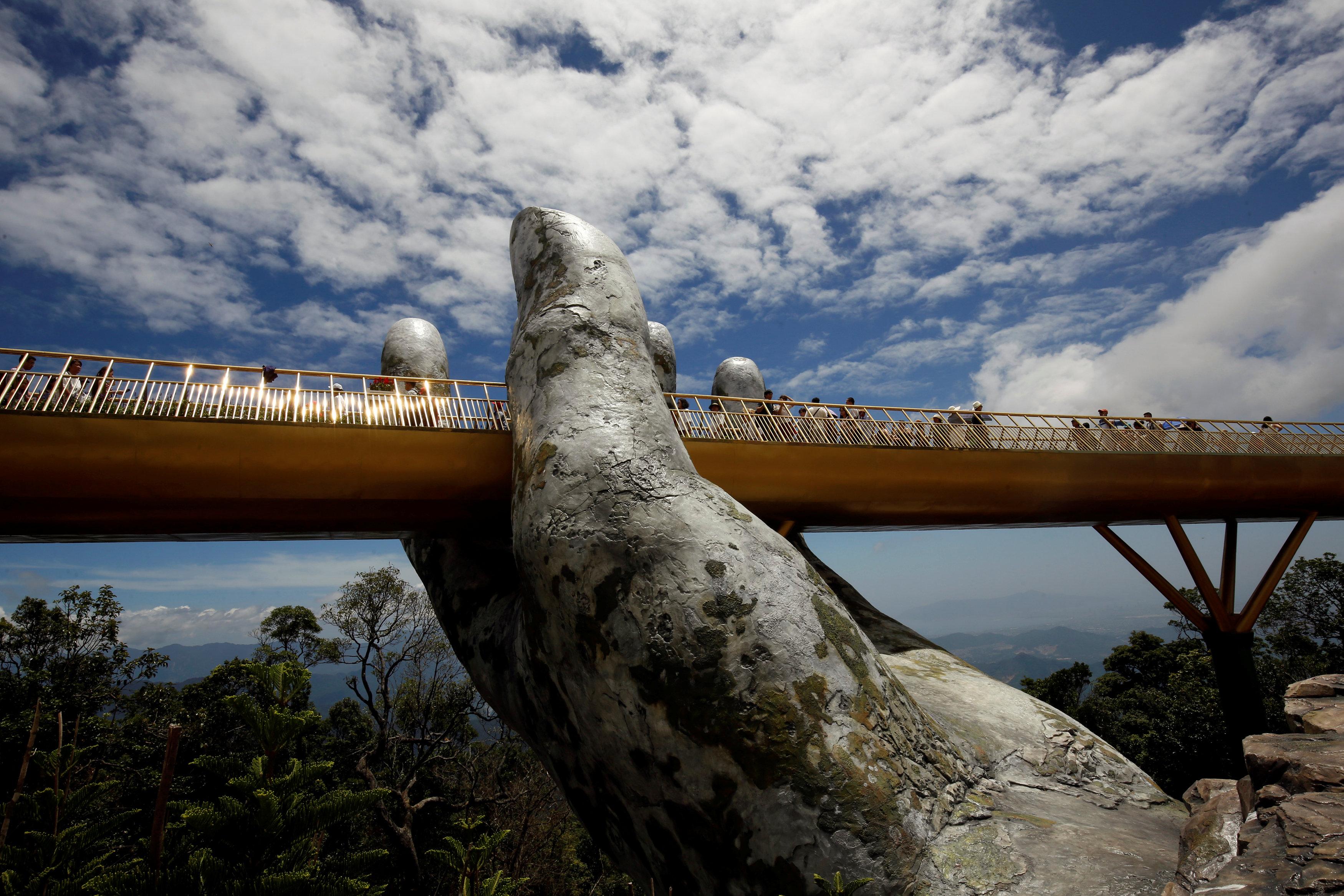 Dos manos parecen sostener la estructura delGold Bridgeen Vietnam. (Reuters/Kham)