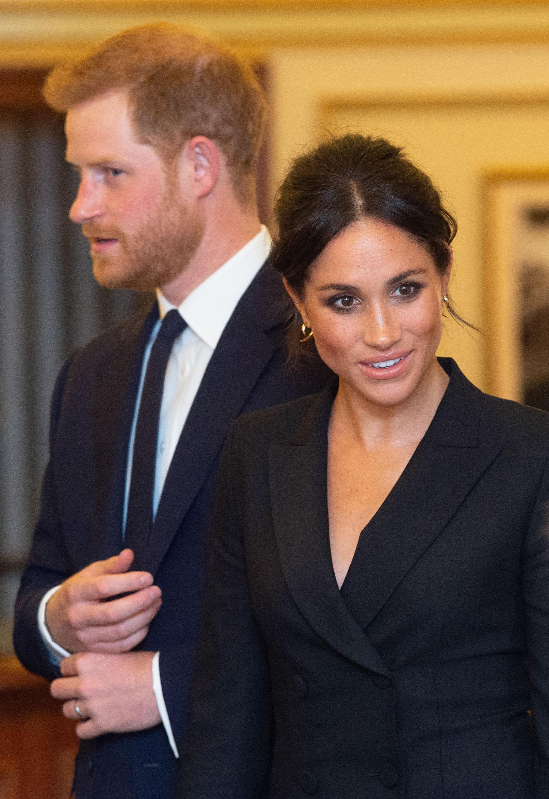 """Meghan Markle, duquesa de Sussex, junto a su marido, el príncipe Harry, a su llegada a la función teatral de """"Hamilton"""", para apoyar la misión solidaria de Sentebale, la fundación que encabeza su esposo"""