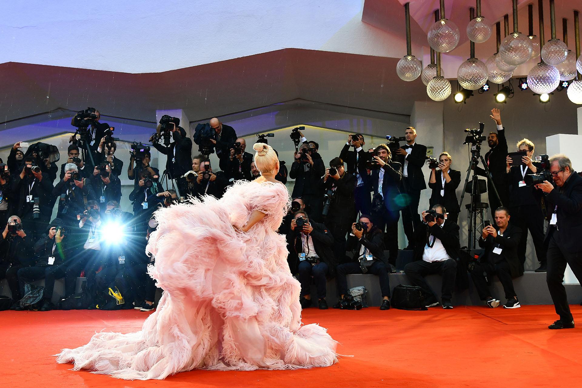 Lady Gaga posa ante una multitud de fotógrafos y periodistas