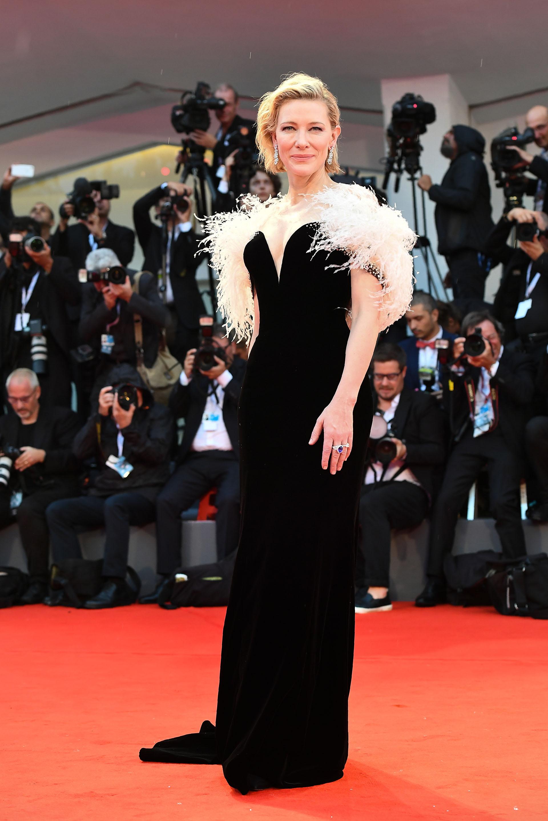 La actriz eligió un soberbio vestido negro con gran escote y cola