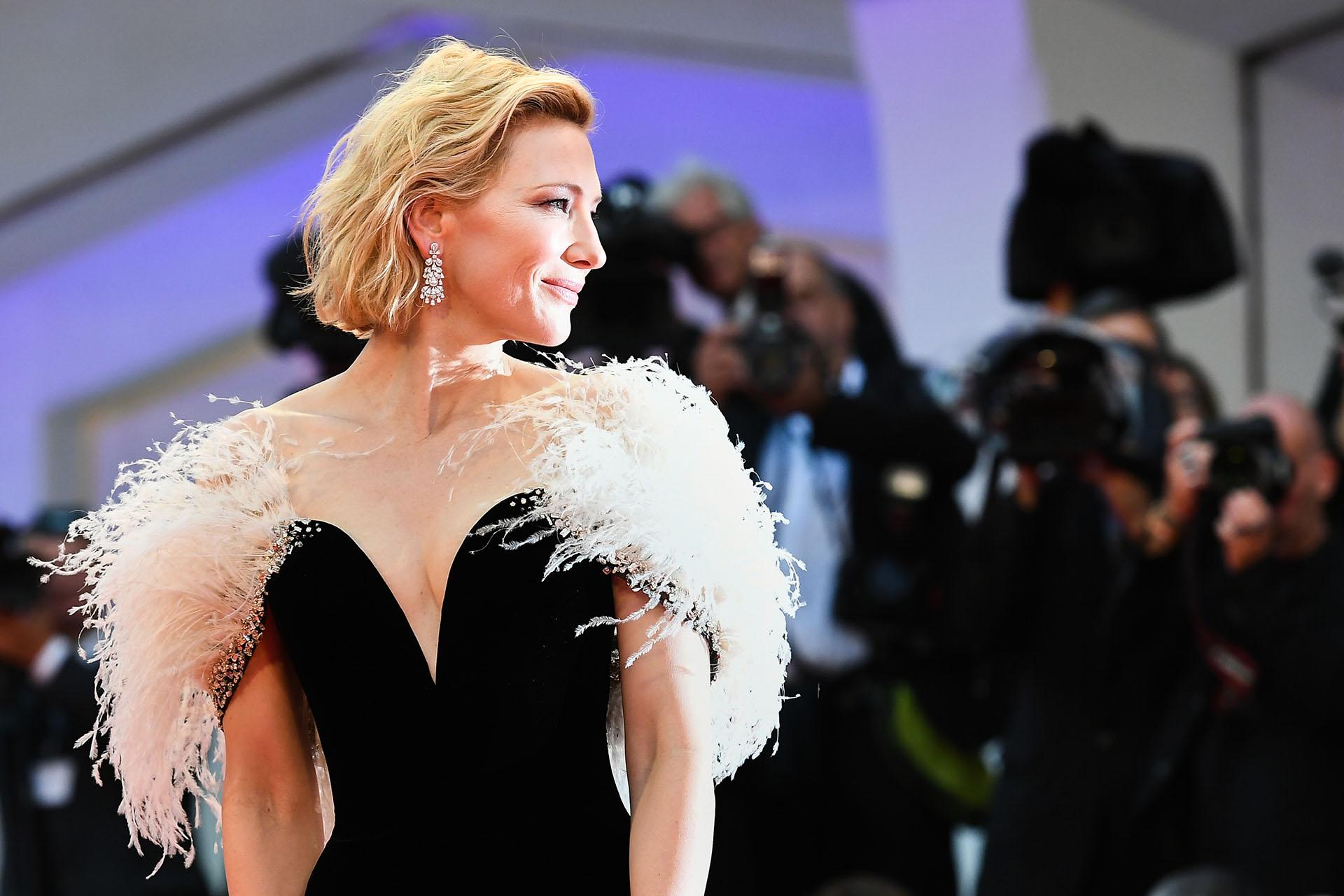Al igual que Lady Gaga, Cate Blanchett también lució plumas en su vestido