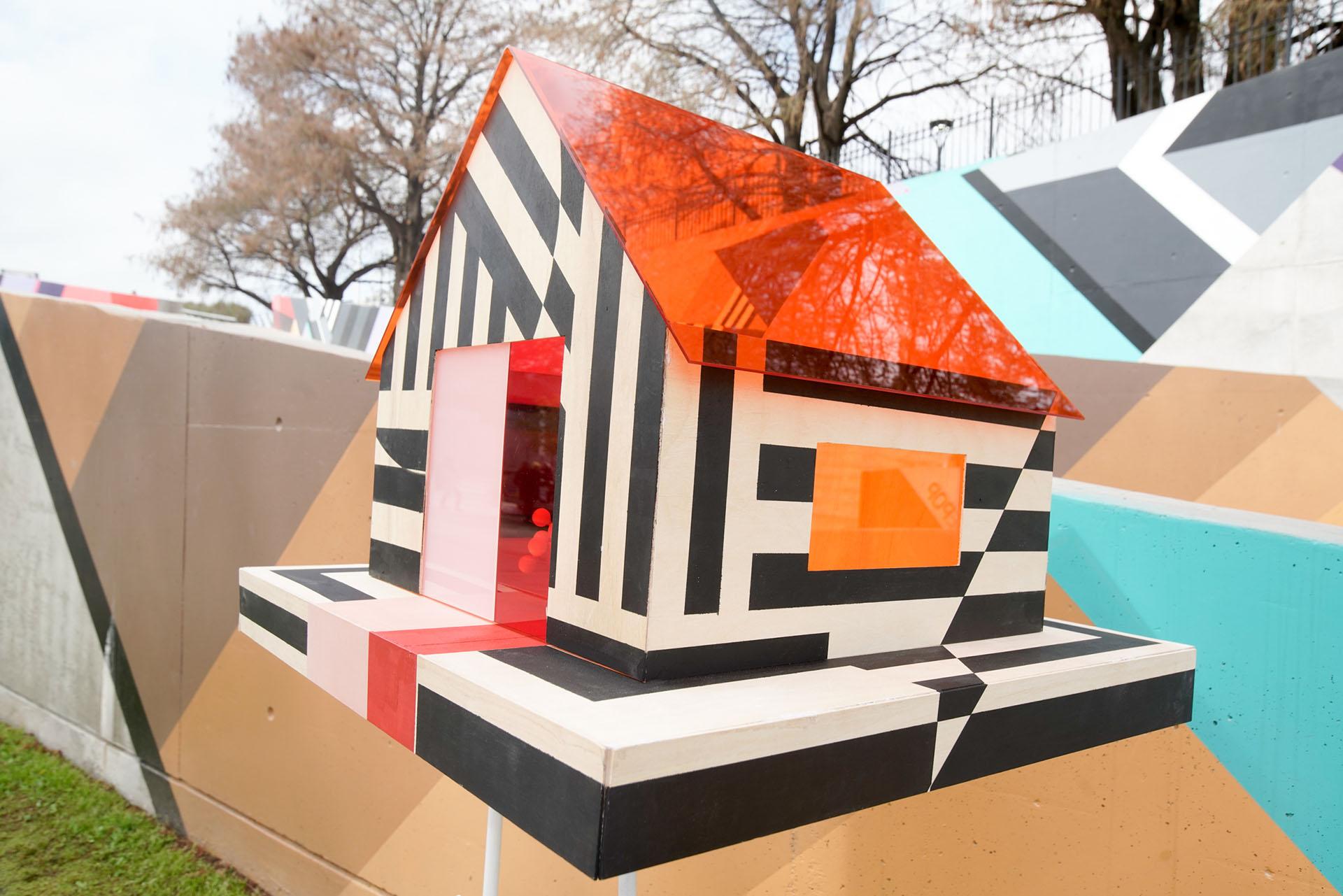 By María Beatriz González Zuelgaray y Ángeles Boyan, realizado con acrílico naranja, rojo, blanco y negro