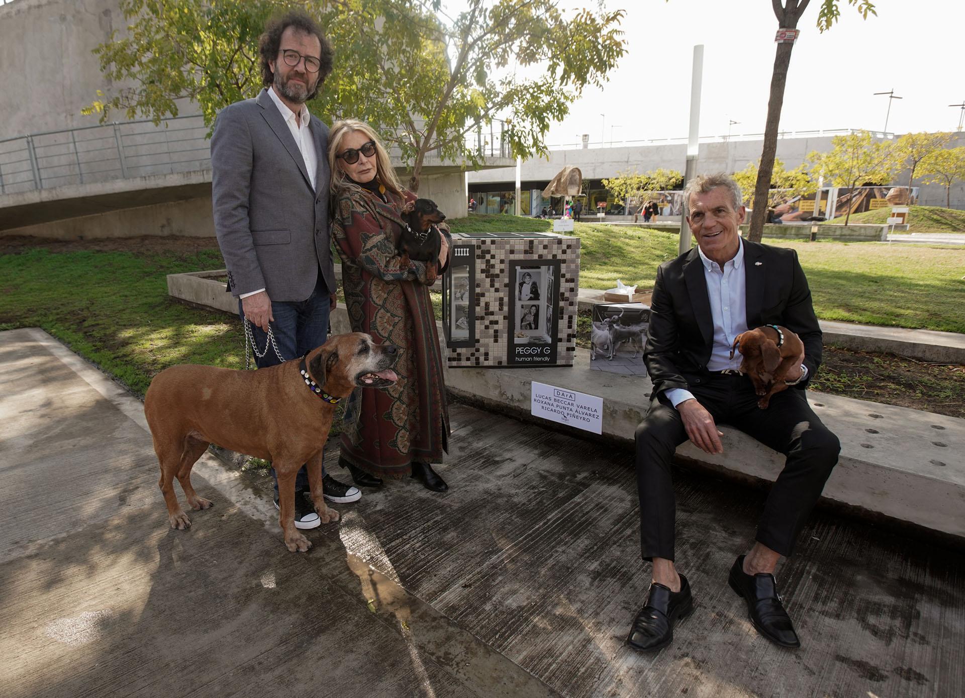 """By Roxana Punta Álvarez, Ricardo Pinieyro y Lucas Beccar Varela. """"Surgió a partir de que dicen que la visión de los perros es en blanco y negro. Primero fue hacerlo en escala de grises, blancos y negros, y luego la idea de hacerlo como un damero al estilo de un bistró, después surgió Peggy Guggenheim y por último una casa con revestida en venecitas que como homenaje pusimos sus mejores fotos contemporáneas"""", explicó a Infobae sobre su creación Beccar Varela"""