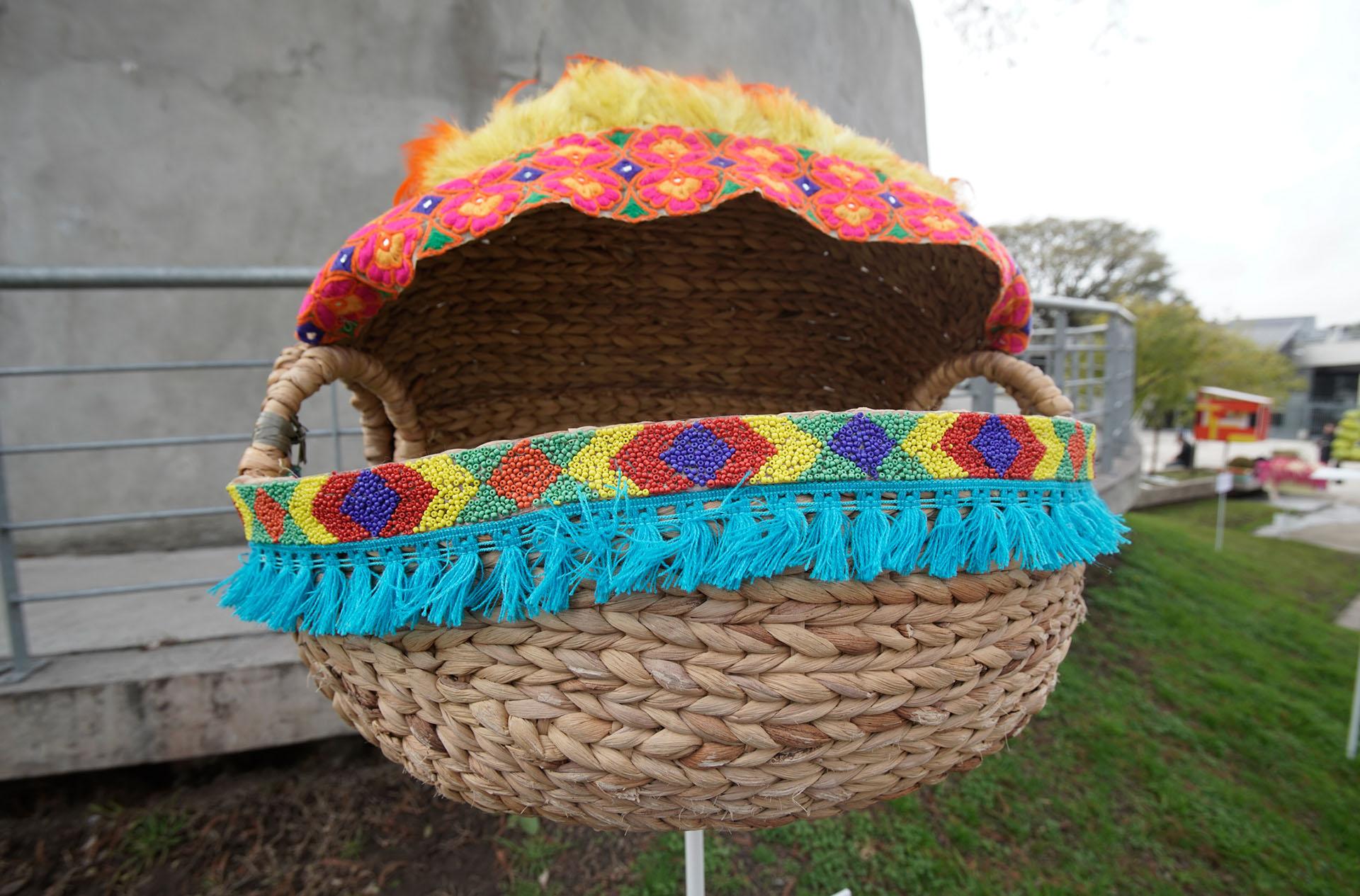 By Benito Fernández: a puro fleco y color, con bordados y tejidos a mano, una canasta de mimbre como una cucha chic para un perro súper trendy