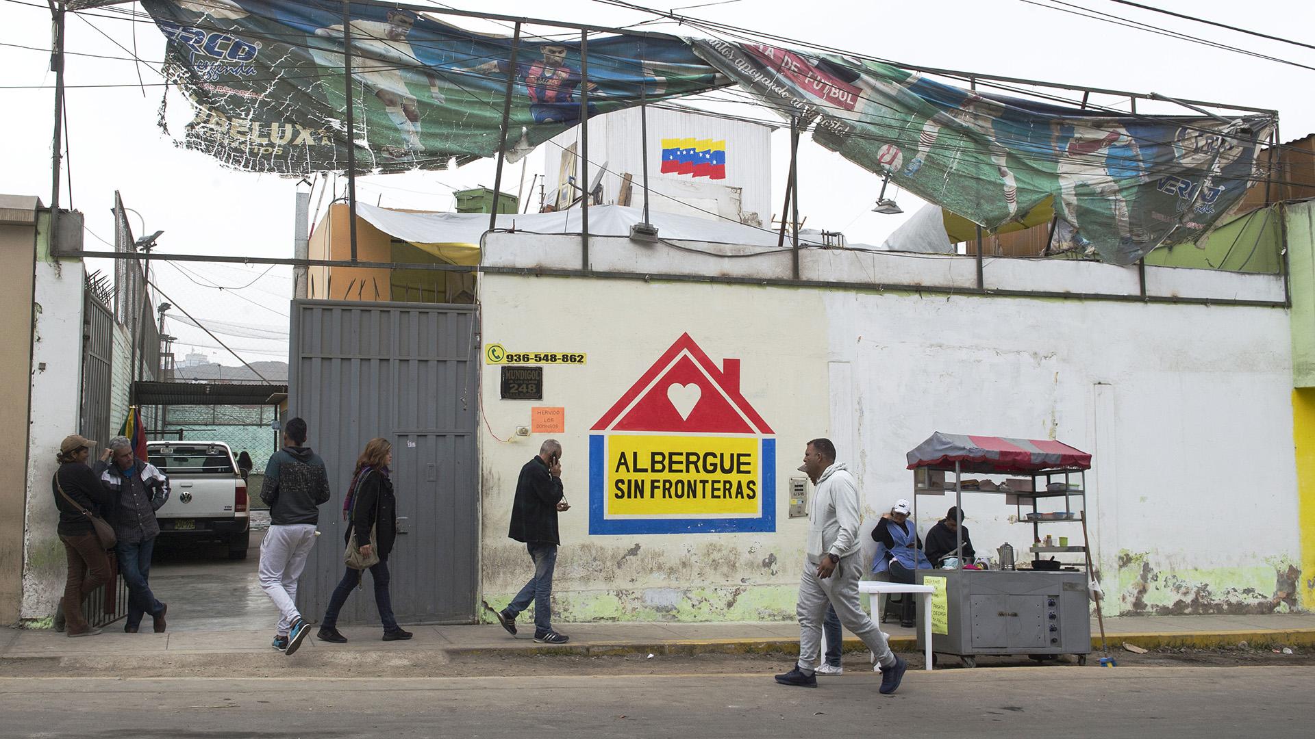 La casa, en cuya fachada fue pintada una bandera venezolana, tiene tres habitaciones, dos baños, una cocina, una sala y un patio con toldo