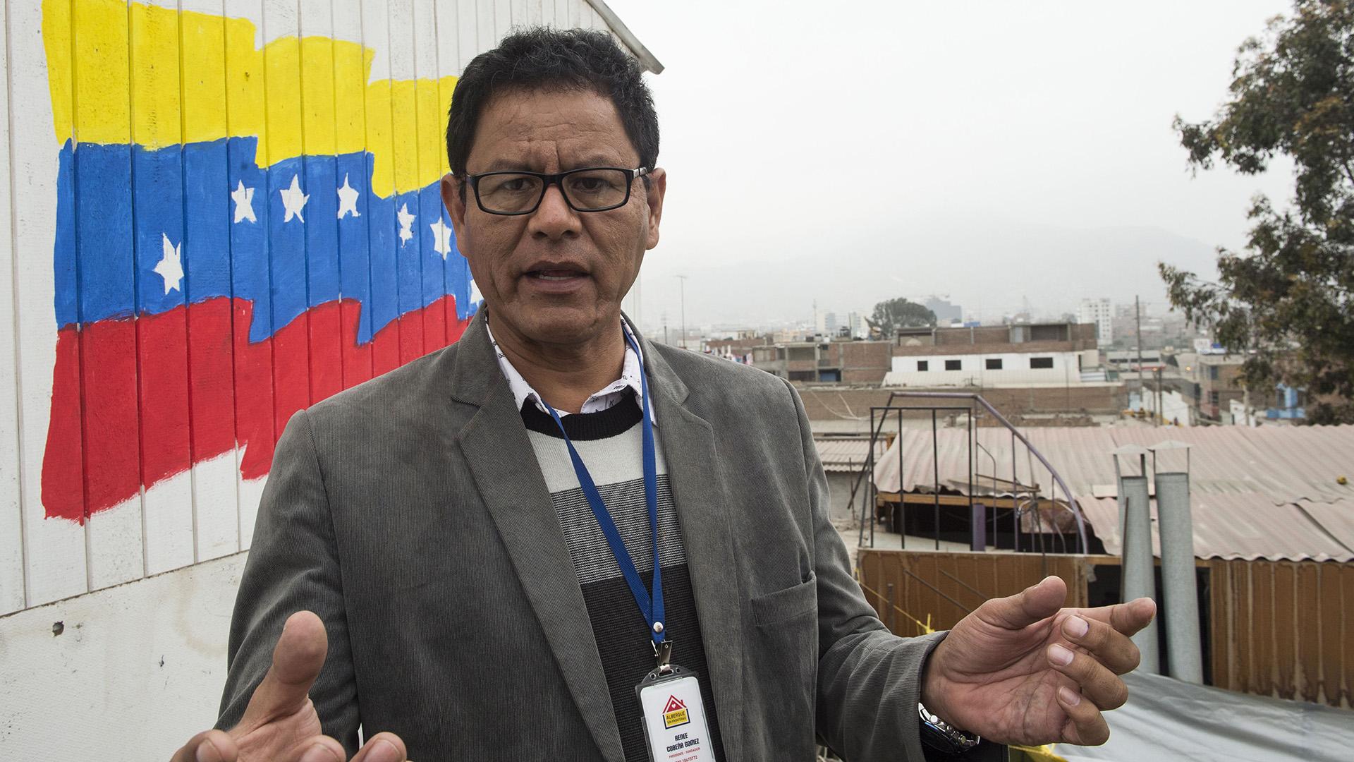 """El empresario Cobeña, que no recibe apoyo del gobierno ni de organizaciones privadas, acaba de pedir ayuda a la agencia de la ONU para los refugiados, pero mantendrá el albergue aunque no la consiga. """"Les voy a dar la mano hasta donde se pueda"""", dice"""