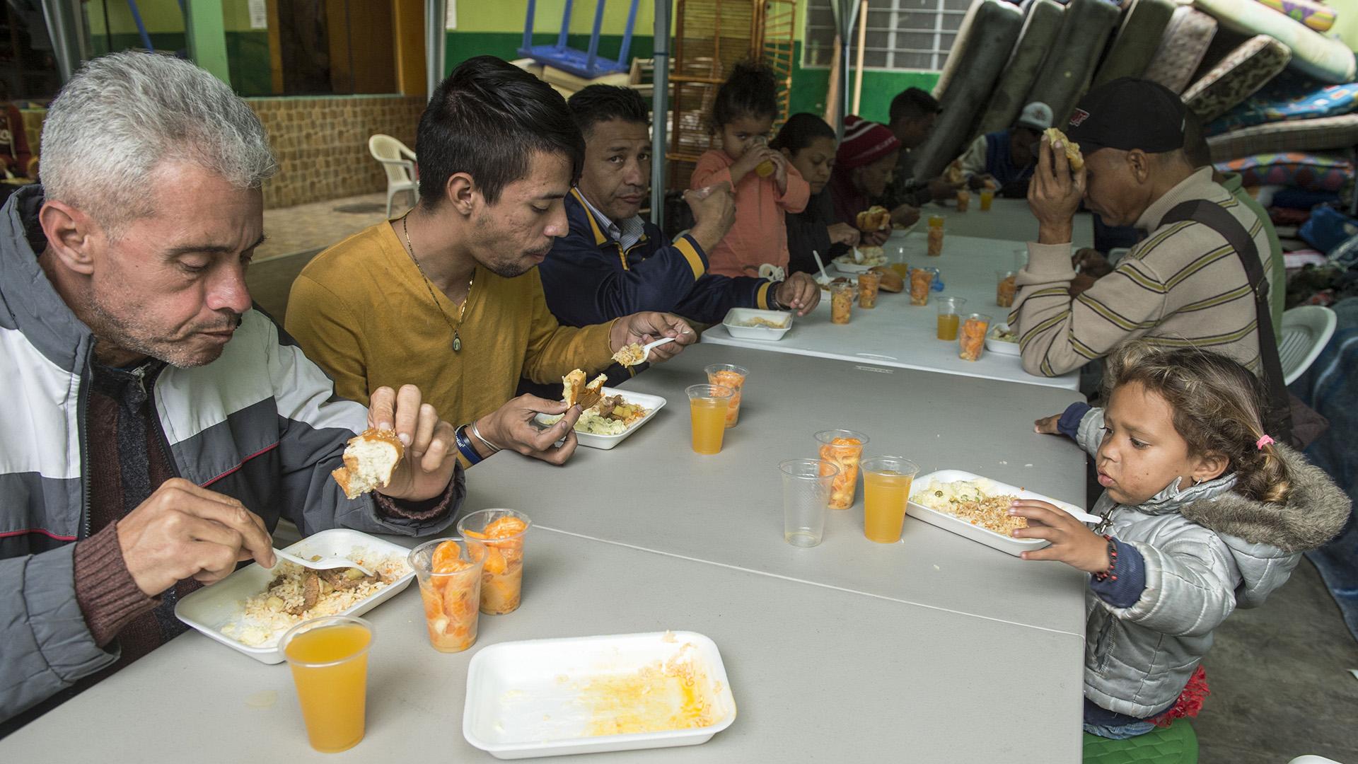 Al principio, Cobeña les daba un plato de comida al día, pero gracias a donaciones de amigos, empresarios y peruanos emigrados, ahora les brinda desayuno, almuerzo y cena. El menú de este viernes fue carne guisada con arroz