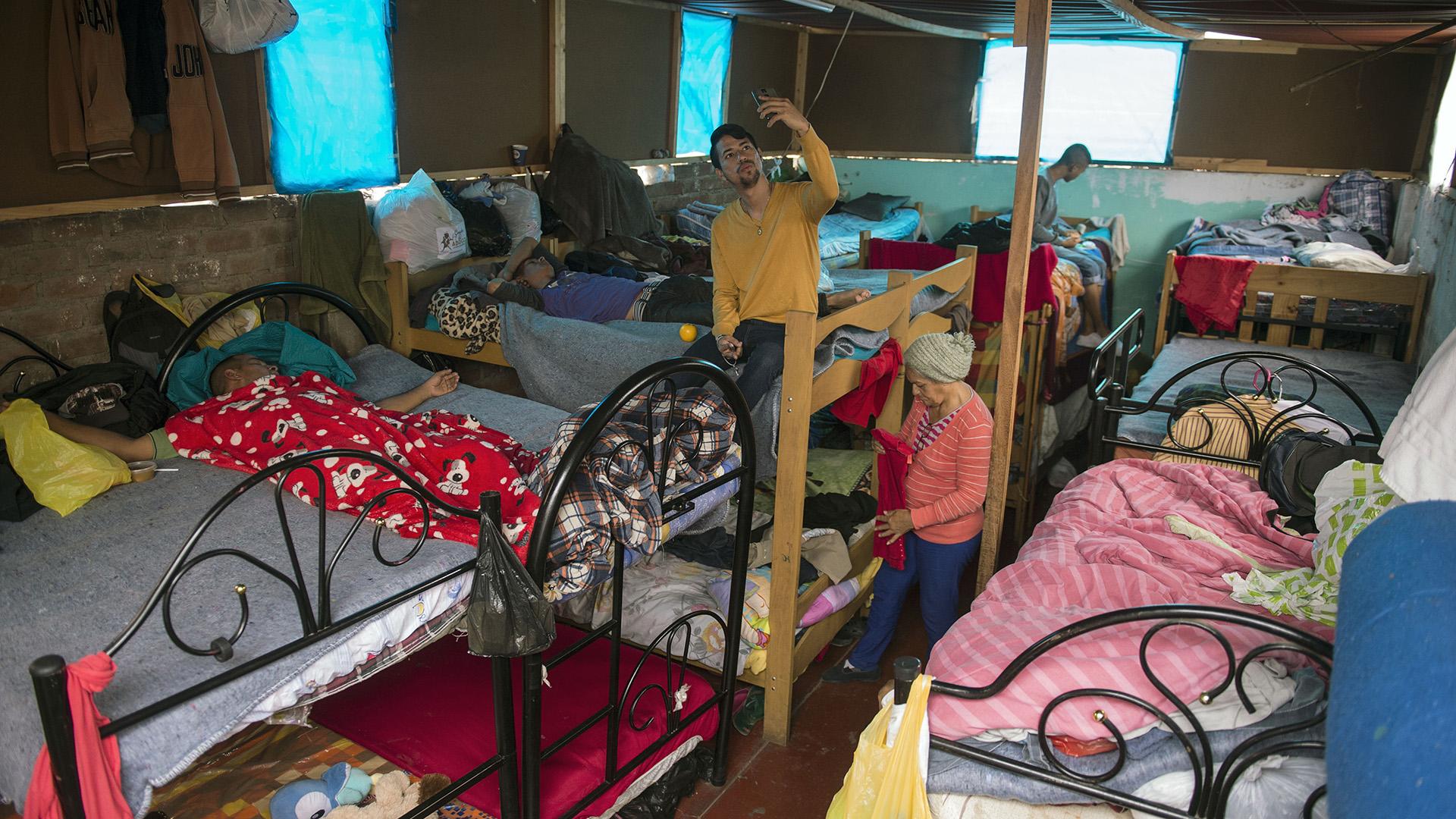 Hace un año, René Cobeña empezó a ayudar ocho migrantes venezolanos en una casa alquilada, que ahora, convertida en albergue, ocupan 200 personas, incluidos 30 niños. Por ella han pasado 1.700 personas que huyeron de la crisis en Venezuela