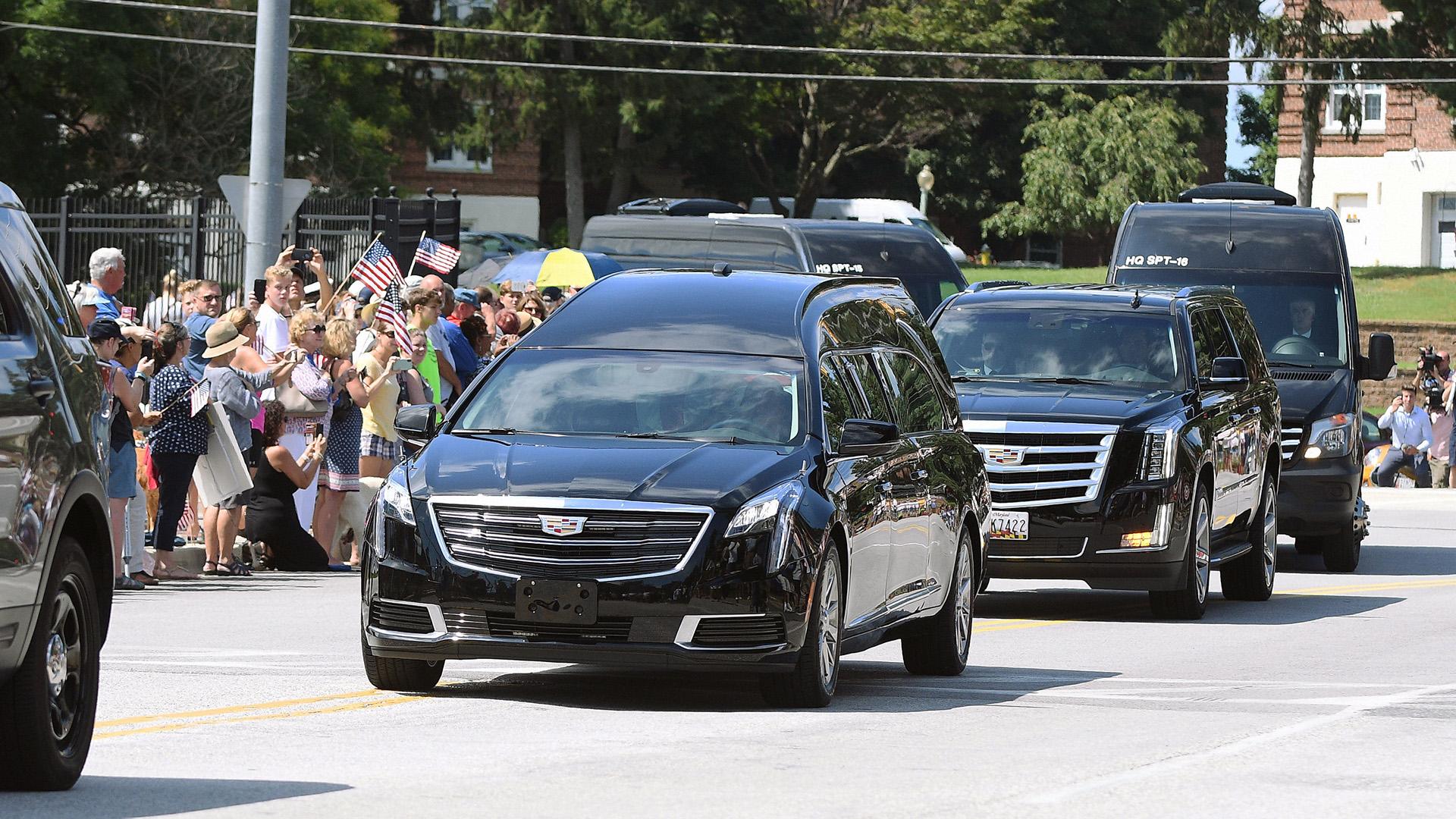 Así fue el arribo del cortejo fúnebre al entierro (REUTERS/Mary F. Calvert)