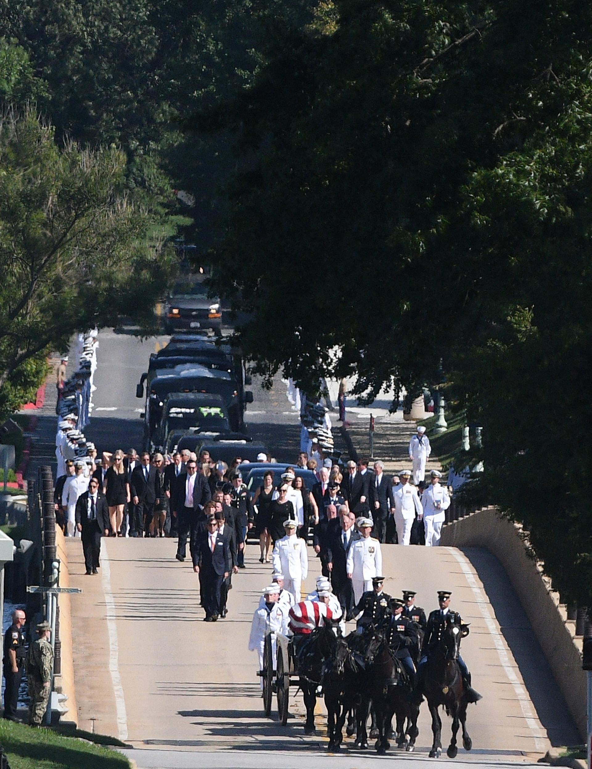 La procesión fúnebre se dirige al cementerio de Annapolis(REUTERS/Mary F. Calvert)