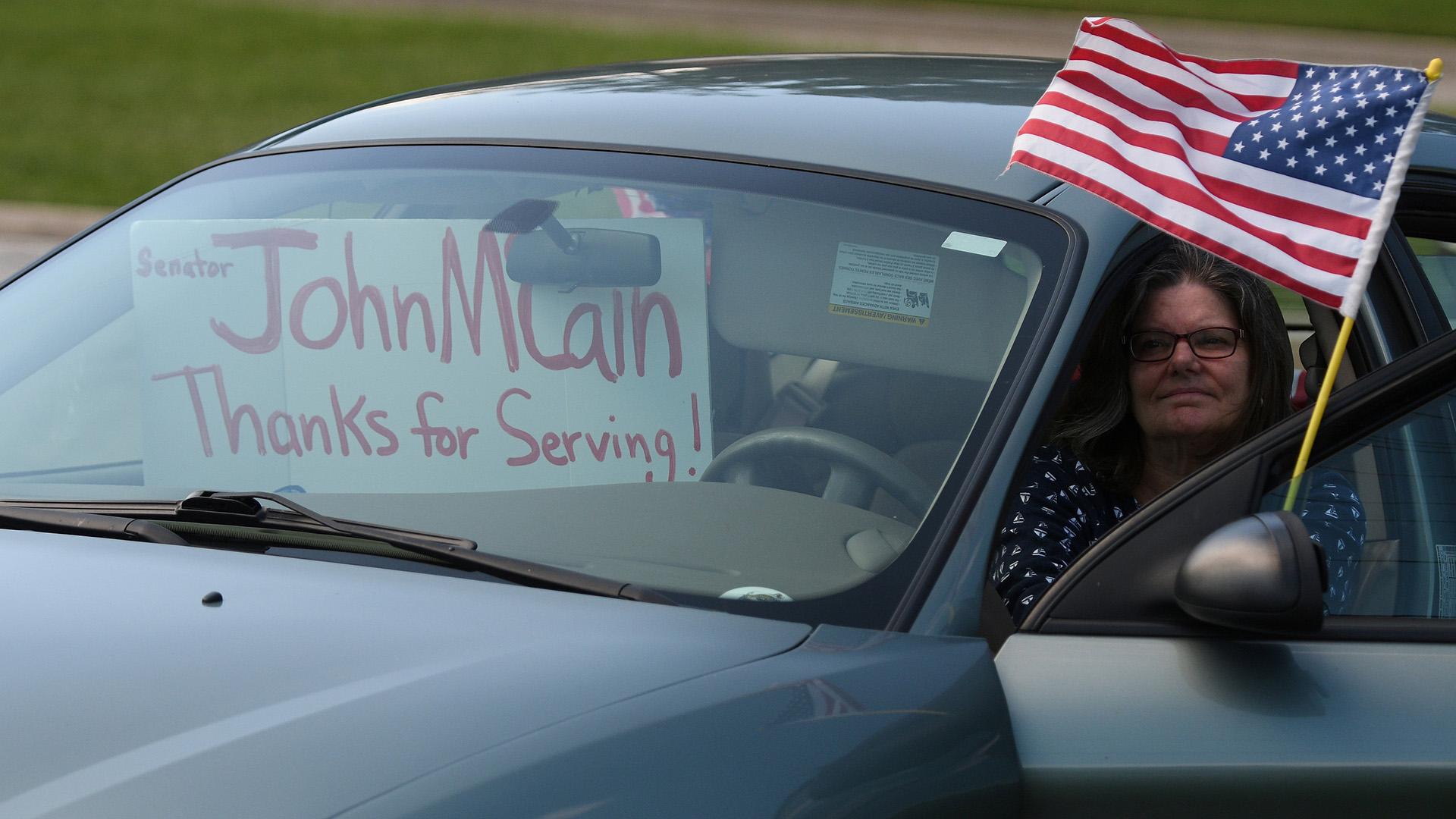 Una seguidora de McCain le rindió homenaje al senador republicano (REUTERS/Mary F. Calvert)