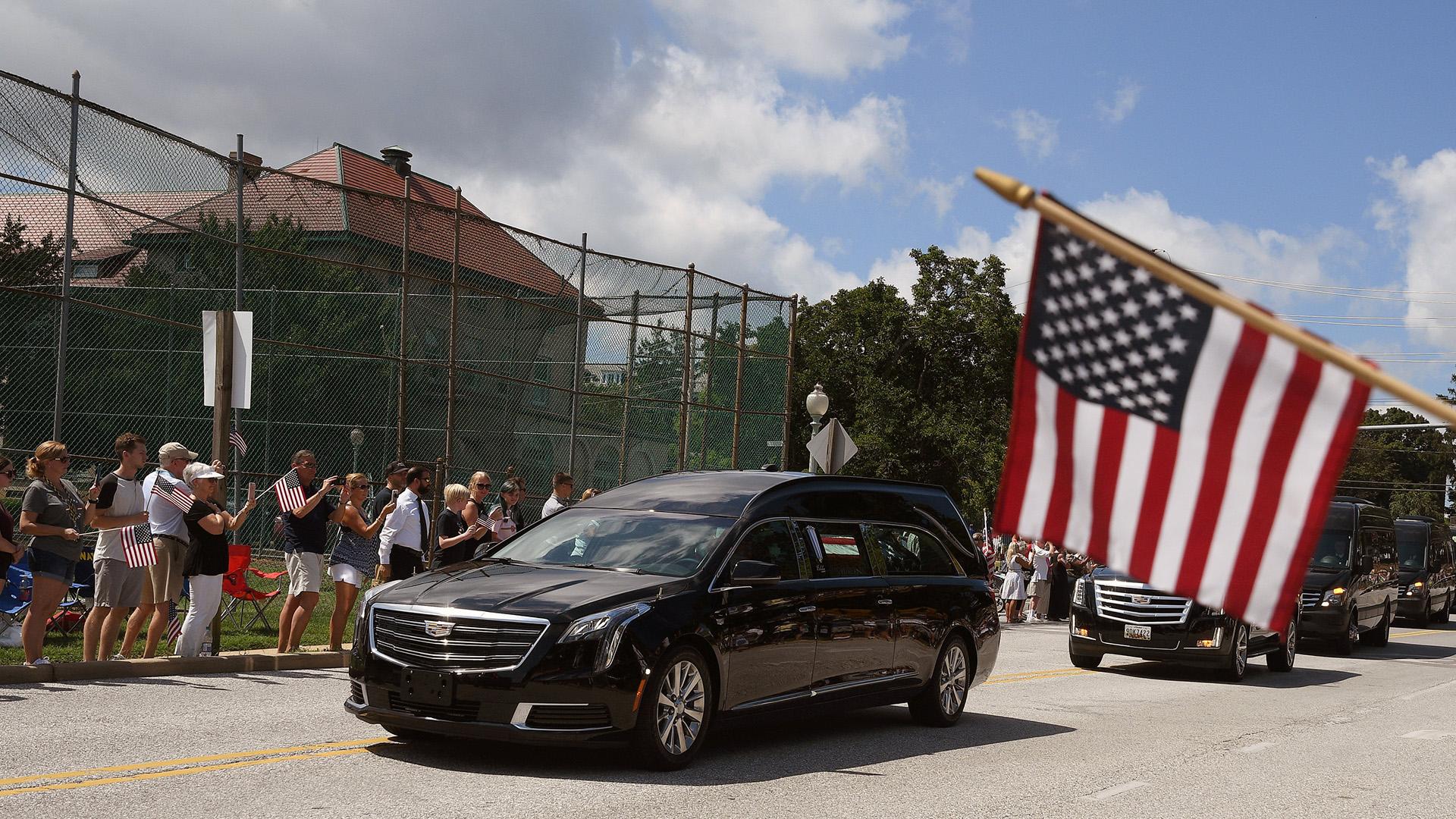 Decenas de personas rindieron homenaje a John McCain frente al cortejo fúnebre(REUTERS/Mary F. Calvert)