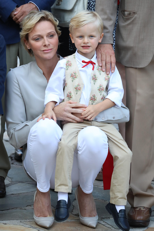 El príncipe Jacques en los brazos de su madre
