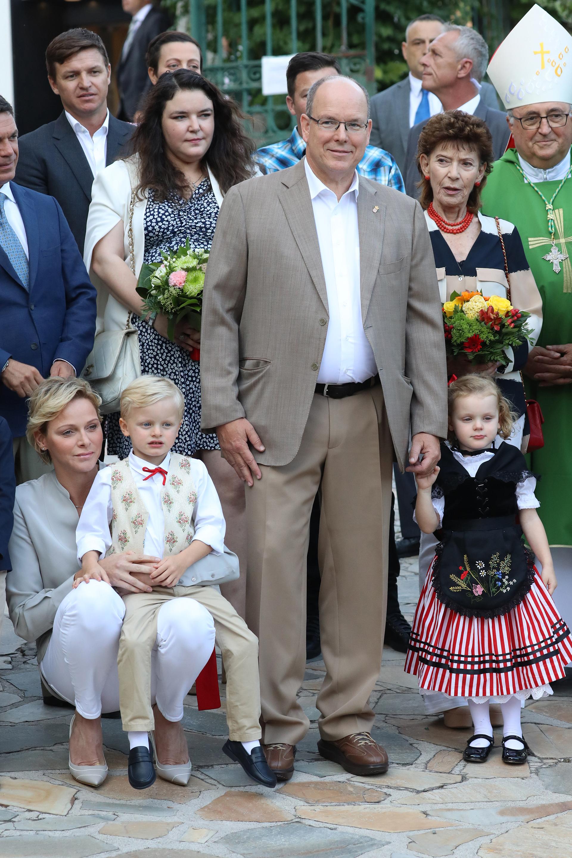 Gabriella vistió una falda a rayas coloradas y blancas, una blusa blanca y un chaleco negro con flores