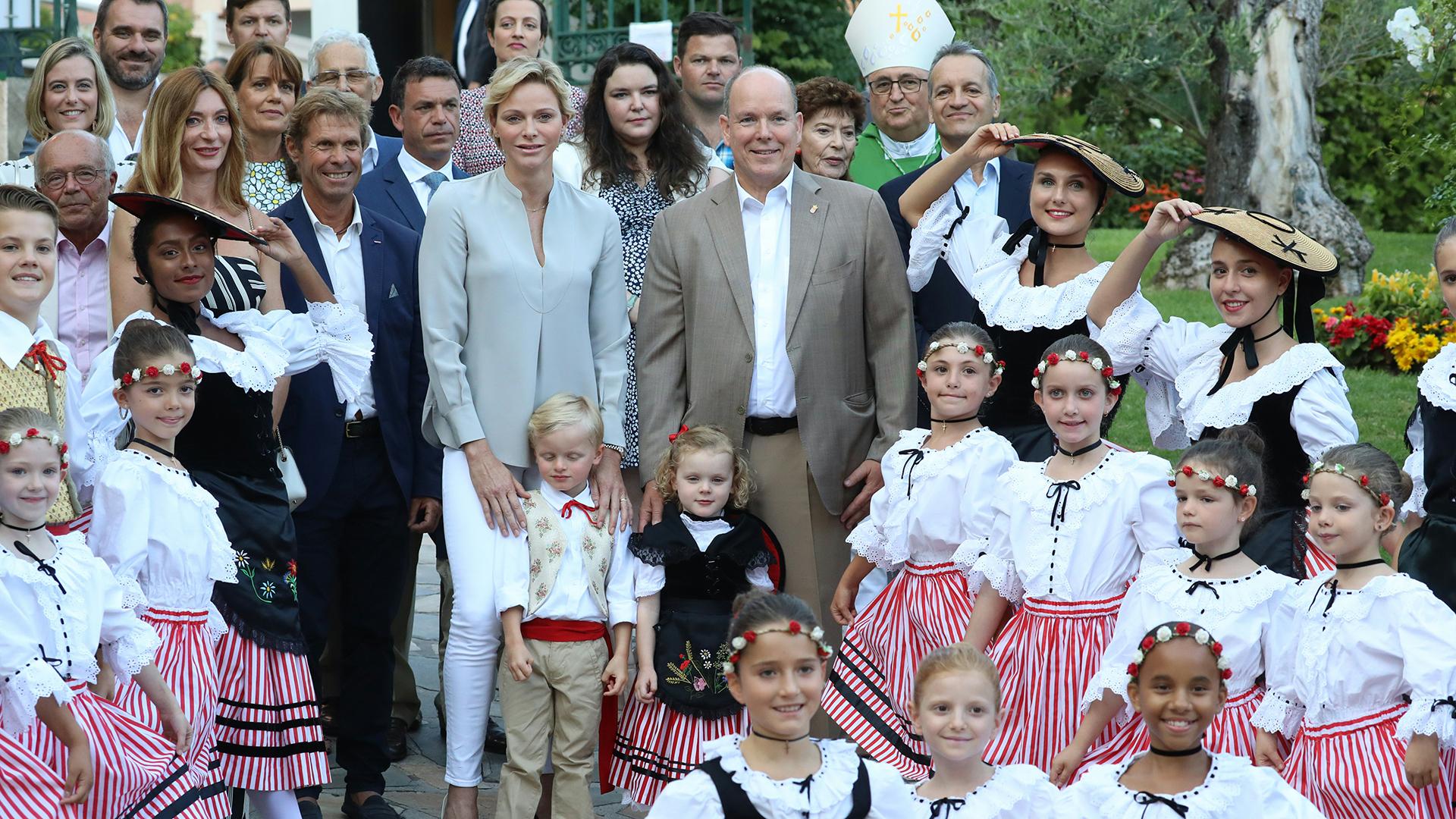 La princesa Charlene volvió a hacer gala de su elegancia con una camisa gris perla, pantalones blancos y stilettos