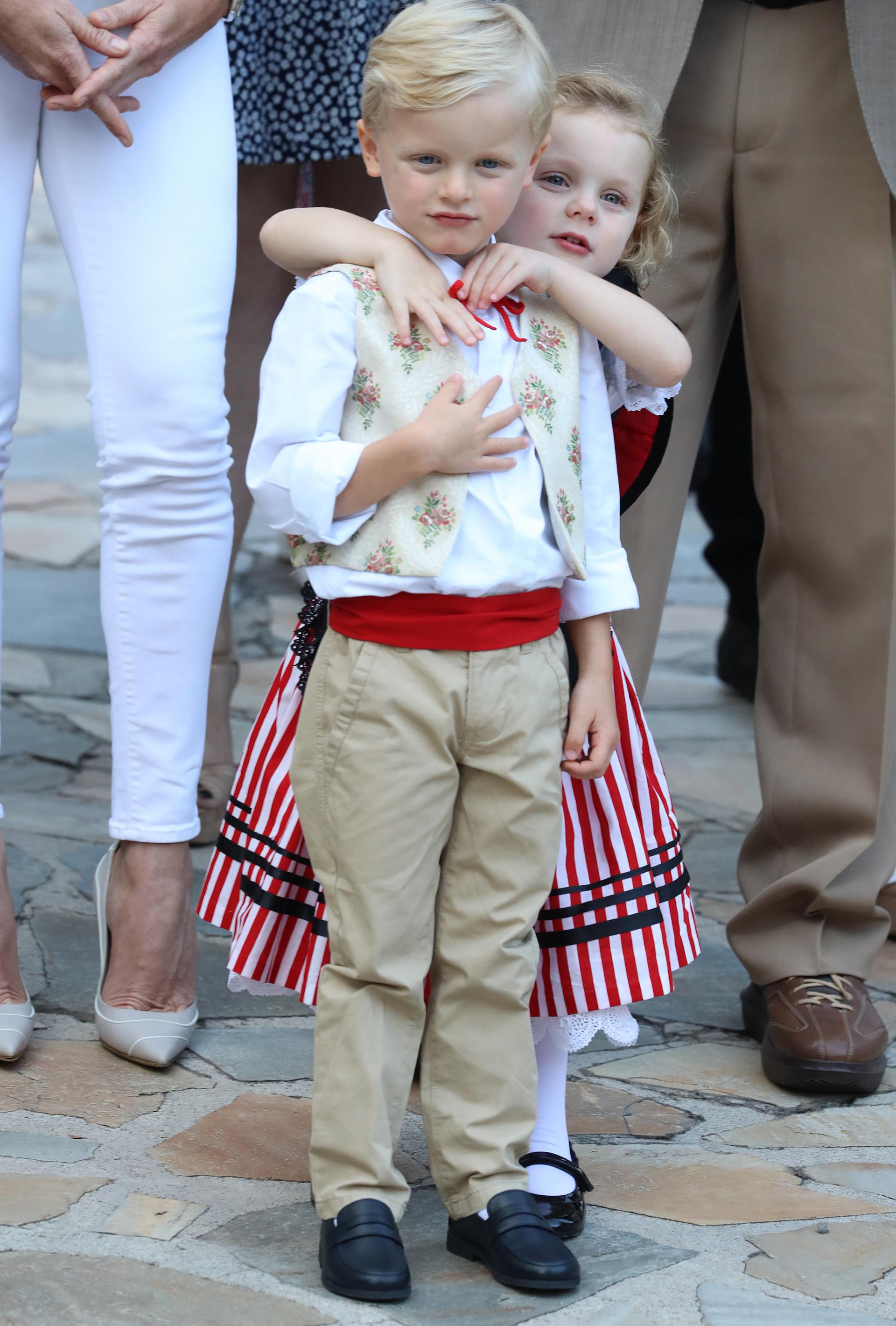 Jacques vistió un pantalón claro, una faja colorada y un chaleco con pequeñas flores