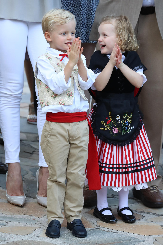Los príncipes lucieron los trajes tradicionales del Principado, al igual que muchos de los asistentes al picnic